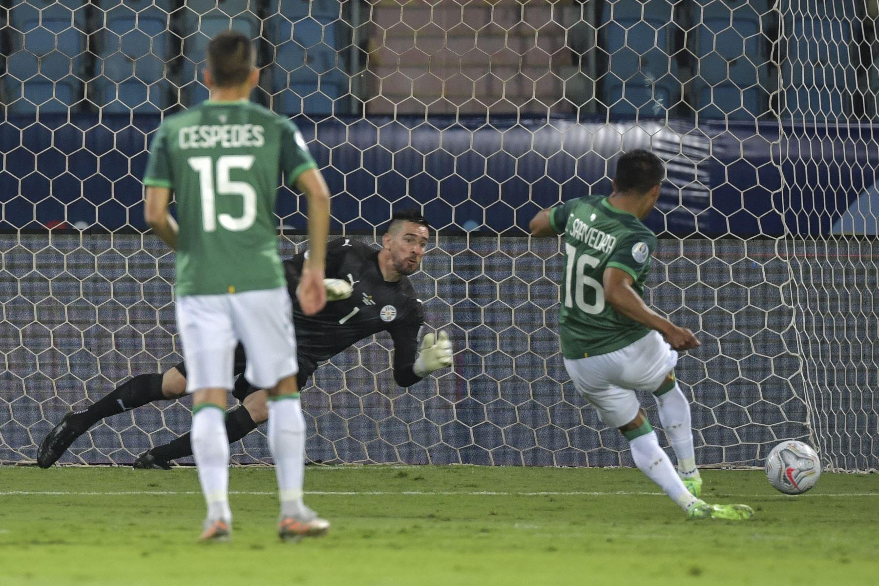 El boliviano Erwin Saavedra lanza un penalti para anotar al portero de Paraguay, Antony Silva, durante su partido de la fase de grupos del torneo de fútbol Conmebol Copa América 2021 en el Estadio Olímpico de Goian. Foto: AFP