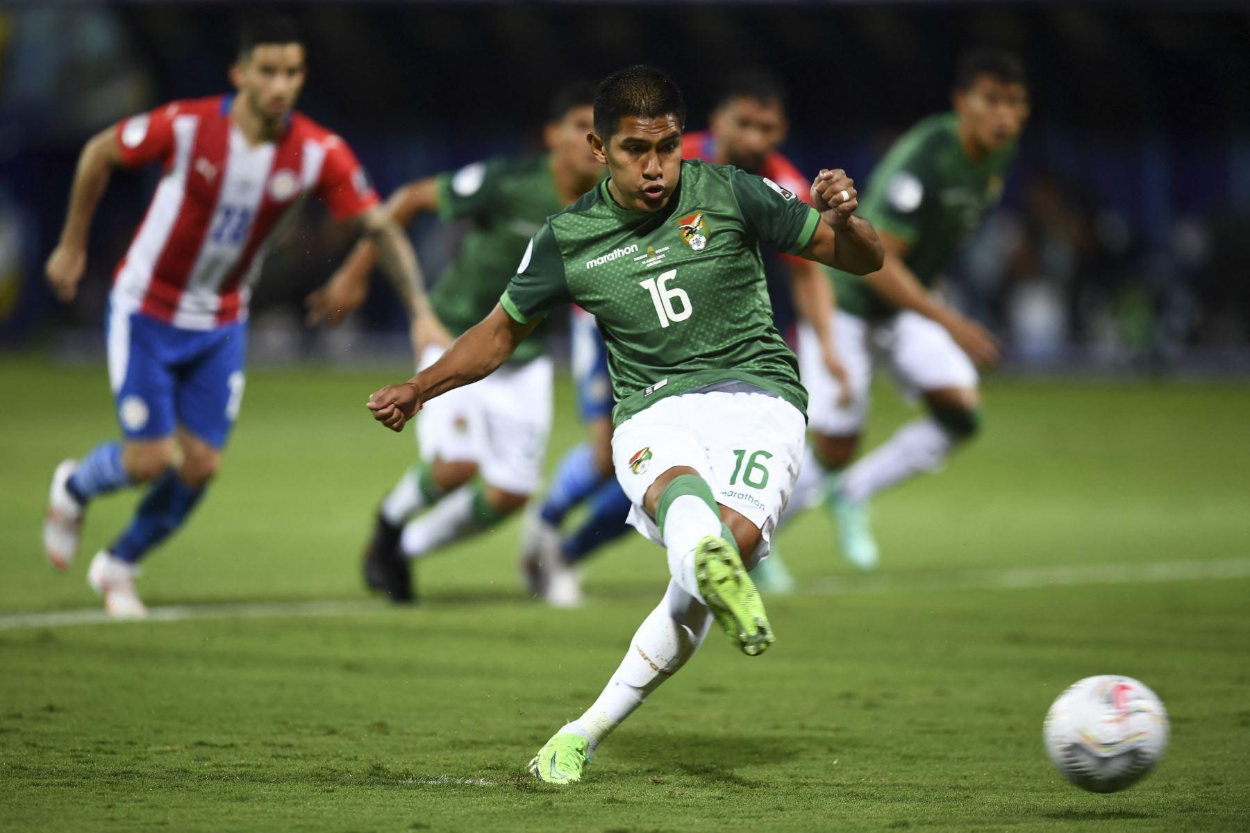 Erwin Saavedra de Bolivia lanza un penalti para anotar contra Paraguay durante el partido de la fase de grupos del torneo de fútbol Conmebol Copa América 2021 en el Estadio Olímpico de Goiania, Brasil. Foto: AFP