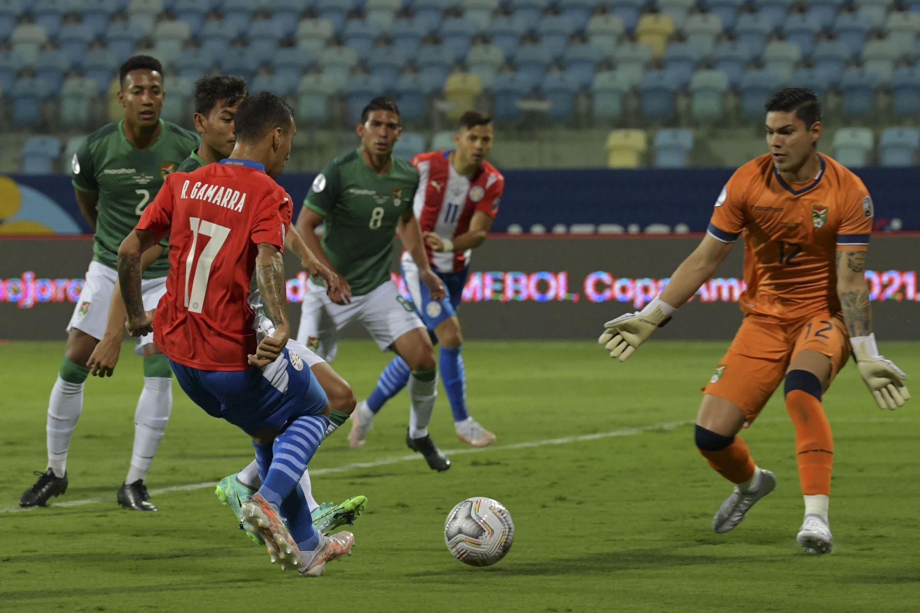 El arquero boliviano Rubén Cordano  bloquea al paraguayo Alejandro Romero Gamarra durante el partido de la fase de grupos del torneo de fútbol Conmebol Copa América 2021 en el Estadio Olímpico de Goiania, Brasil. Foto: AFP