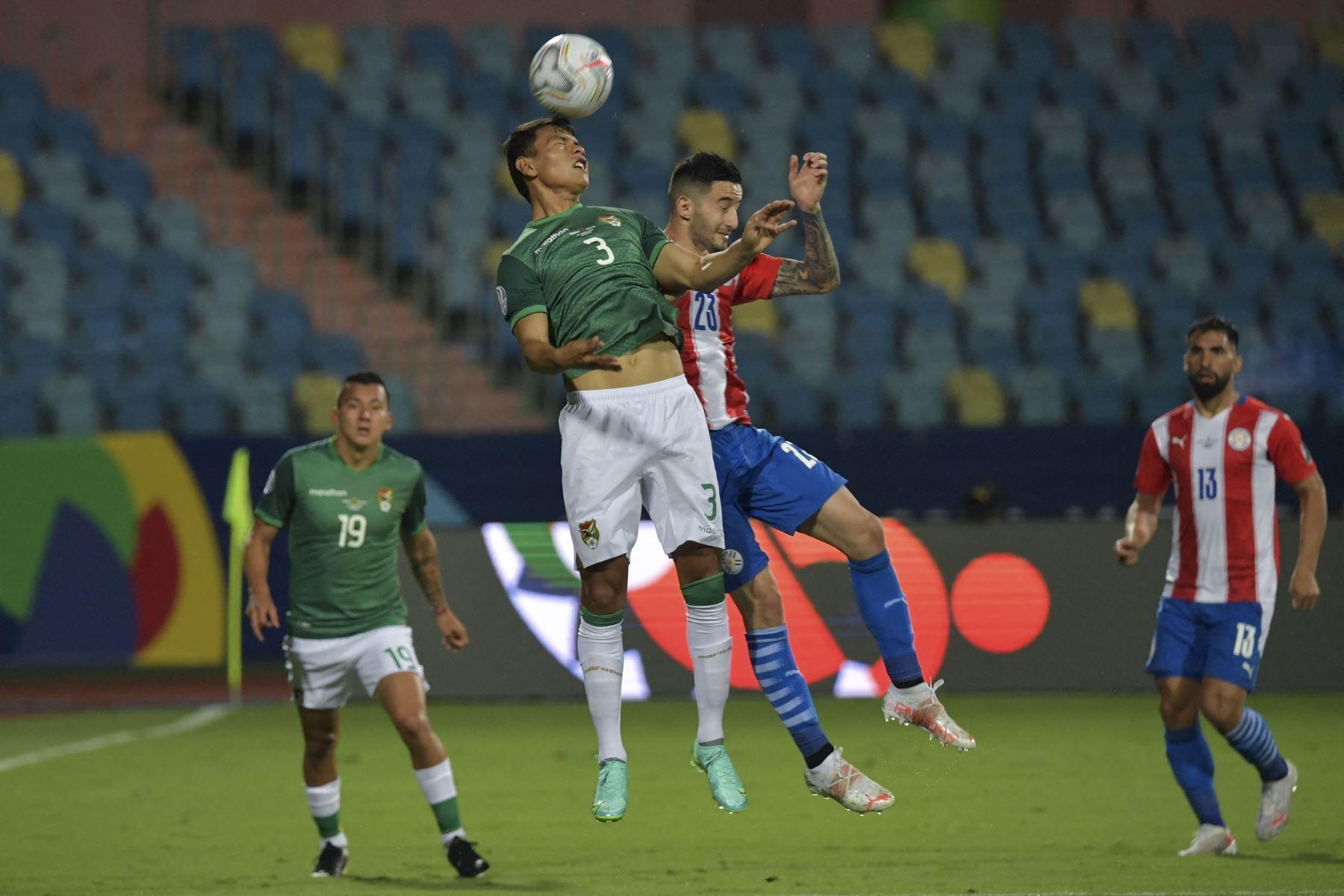 El boliviano José Sagredo y el arquero de Paraguay Gerardo Ortiz saltan por el balón durante el partido de la fase de grupos del torneo de fútbol Conmebol Copa América 2021 en el Estadio Olímpico de Goiania, Brasil. Foto: AFP