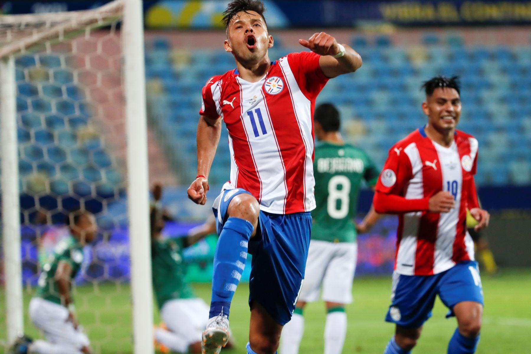 Ángel Romero de Paraguay celebra un gol , en un partido del grupo B de la Copa América entre las selecciones de Paraguay y Bolivia en el estadio Olímpico en Goiania (Brasil).  Foto: AFP