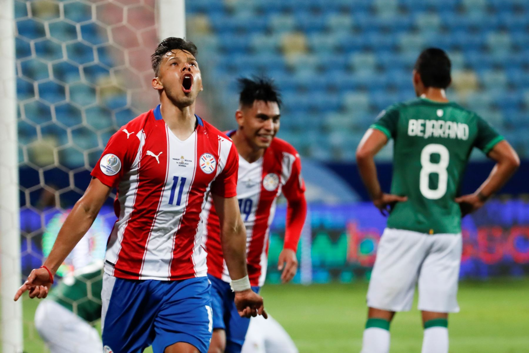 Ángel Romero de Paraguay celebra un gol, en un partido del grupo B de la Copa América entre las selecciones de Paraguay y Bolivia en el estadio Olímpico en Goiania (Brasil). Foto: EFE