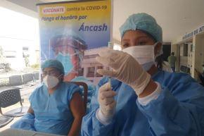 En Áncash se han aplicado vacunas a adultos mayores de 90, 80, 70 y ahora se está inoculando a las personas de 60 años a más.
