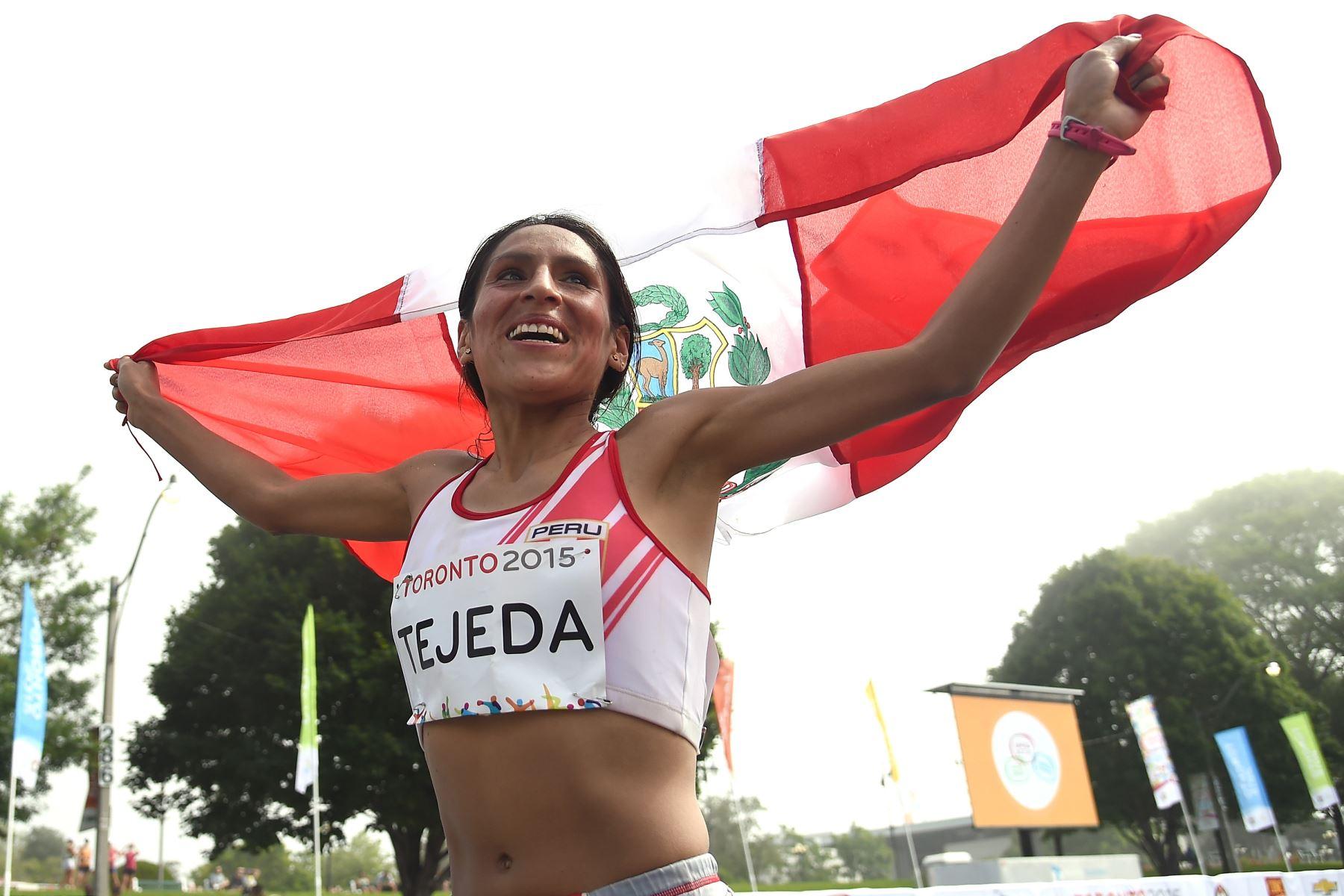 Gladys Tejeda corre con la bandera en los Juegos Panamericanos 2015 en Toronto, Canadá.  Foto: AFP