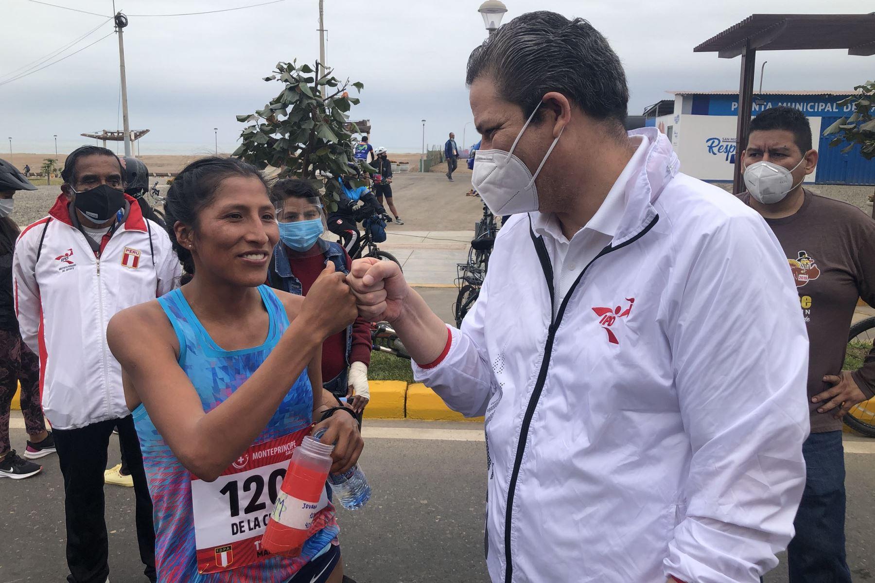 Gustavo San Martín saluda a Jovana de la Cruz por haber alcanzado el cupo a los Juegos Olímpicos Tokio 2020. Foto: ANDINA/Difusión