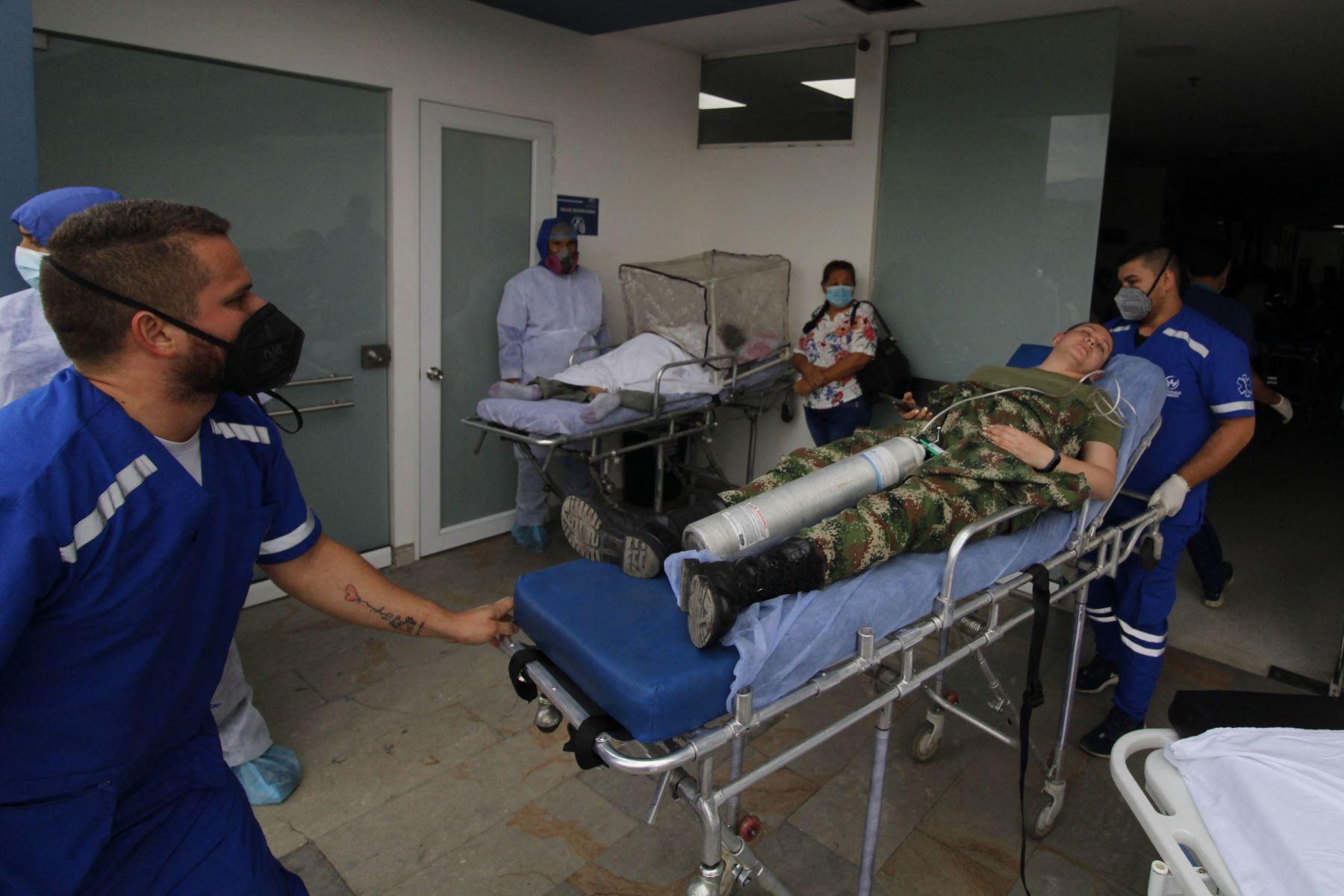 Trabajadores de salud trasladan a un soldado herido tras la explosión de un carro bomba en Cúcuta, Colombia, en la frontera con Venezuela. Foto: AFP