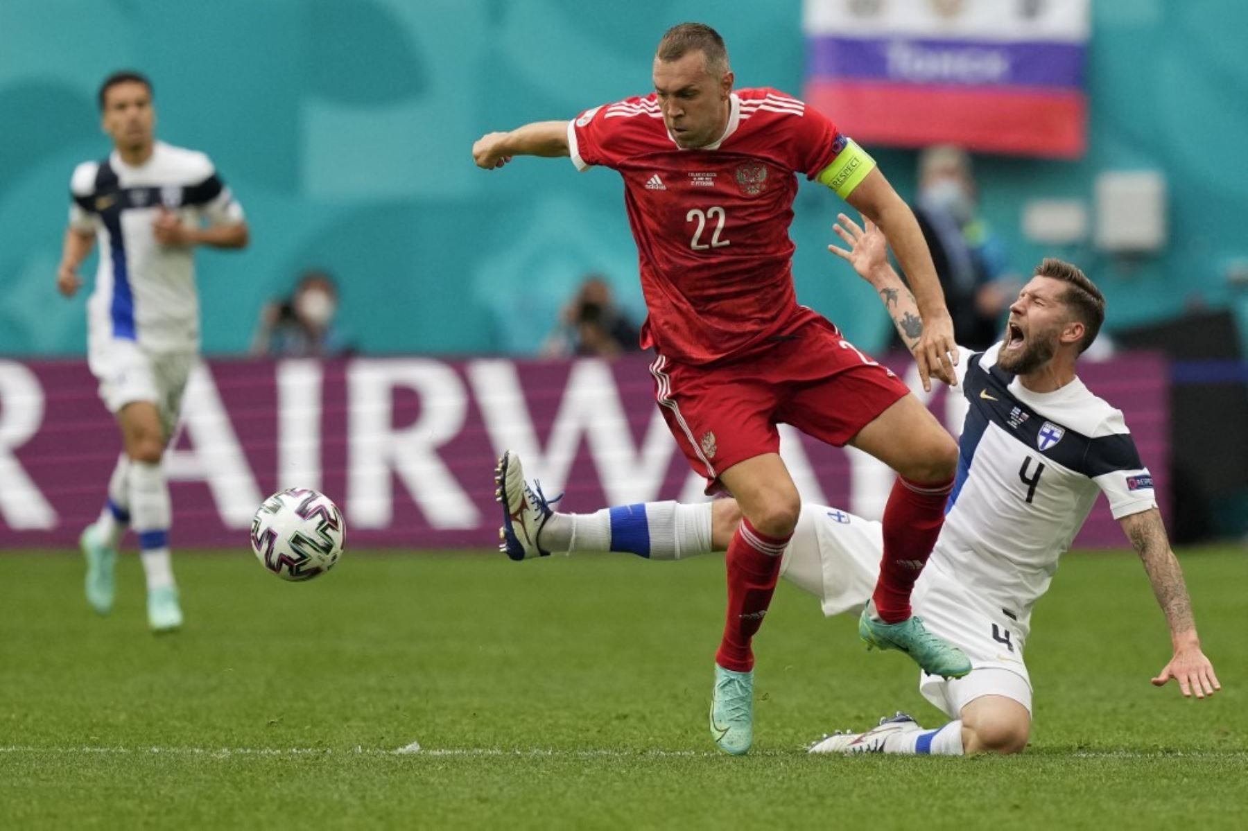 El defensor de Finlandia Joona Toivio (derecha) cae después de un desafío del delantero ruso Artem Dzyuba durante el partido de fútbol del Grupo B de la UEFA EURO 2020 entre Finlandia y Rusia en el Estadio de San Petersburgo en San Petersburgo el 16 de junio de 2021. Foto: AFP