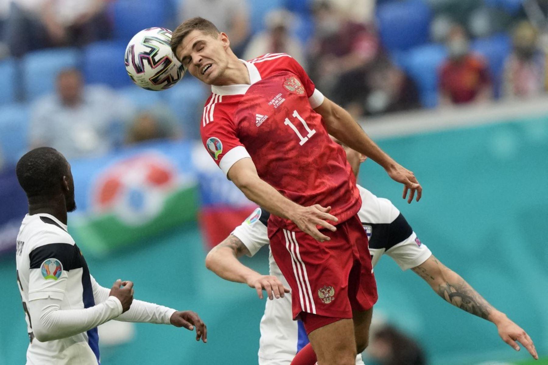 El mediocampista ruso Roman Zobnin cabecea el balón durante el partido de fútbol del Grupo B de la UEFA EURO 2020 entre Finlandia y Rusia en el Estadio de San Petersburgo en San Petersburgo el 16 de junio de 2021. Foto: AFP