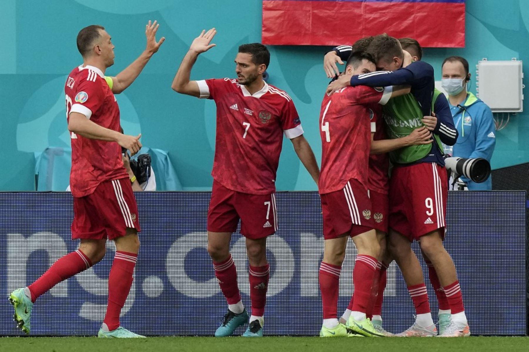 El delantero ruso, Aleksey Miranchuk, celebra el gol de apertura con sus compañeros de equipo durante el partido de fútbol del Grupo B de la UEFA EURO 2020 entre Finlandia y Rusia en el estadio de San Petersburgo en San Petersburgo el 16 de junio de 2021. Foto: AFP