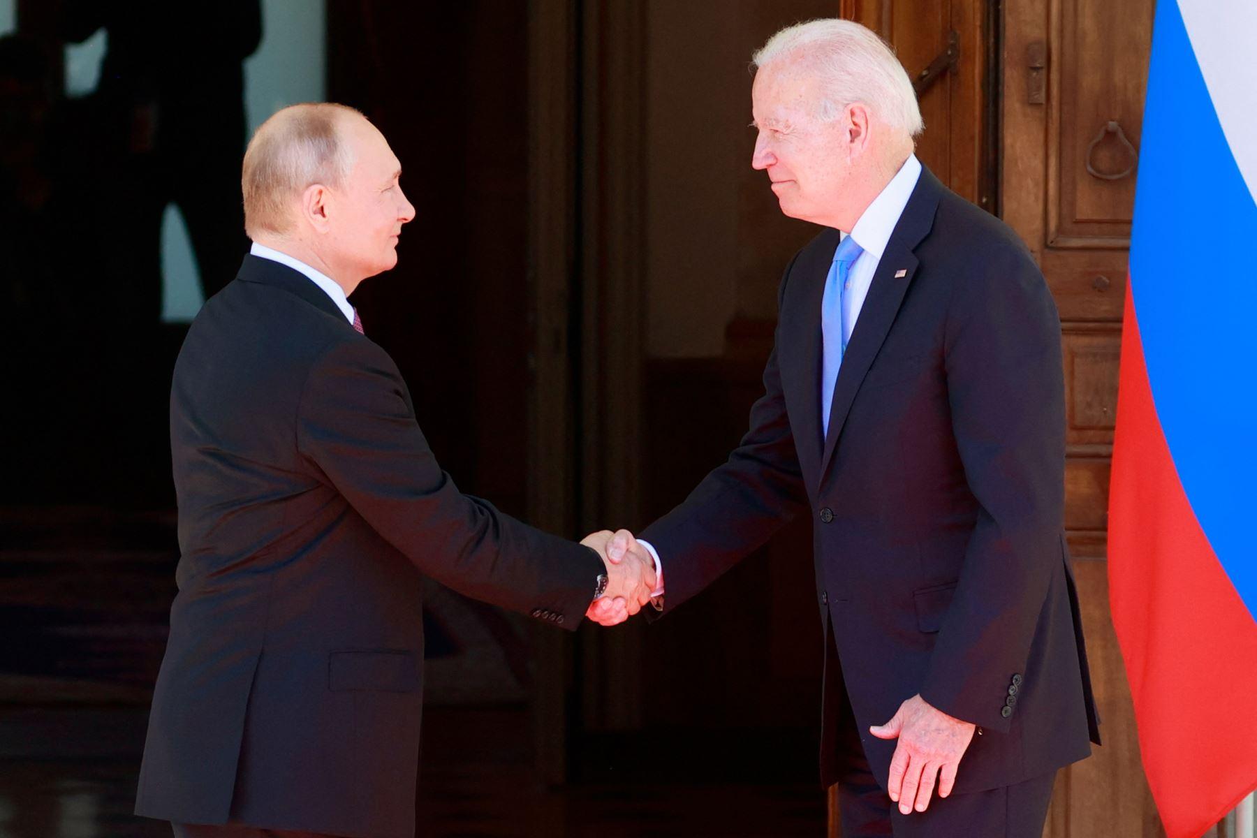 Vladímir Putin y Joe Biden se saludan en el interior de la Villa La Grange, en Ginebra (Suiza). Foto: AFP