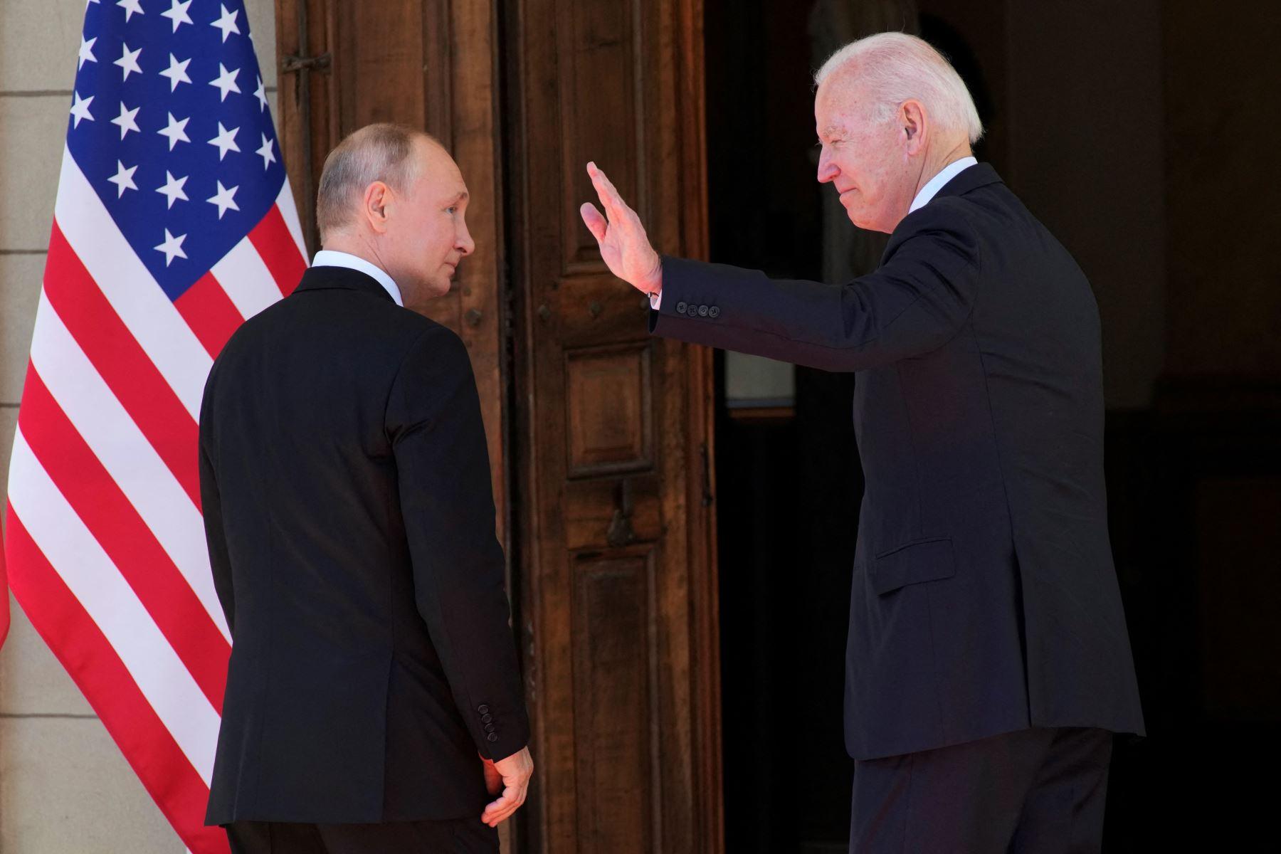 Vladímir Putin y Joe Biden se saludan antes del inicio de la reunión. Suiza ha desplegado a más de 4.000 policías y militares. La ciudad, sobre todo el centro y los alrededores de la Villa La Grange, están blindados. Foto: AFP