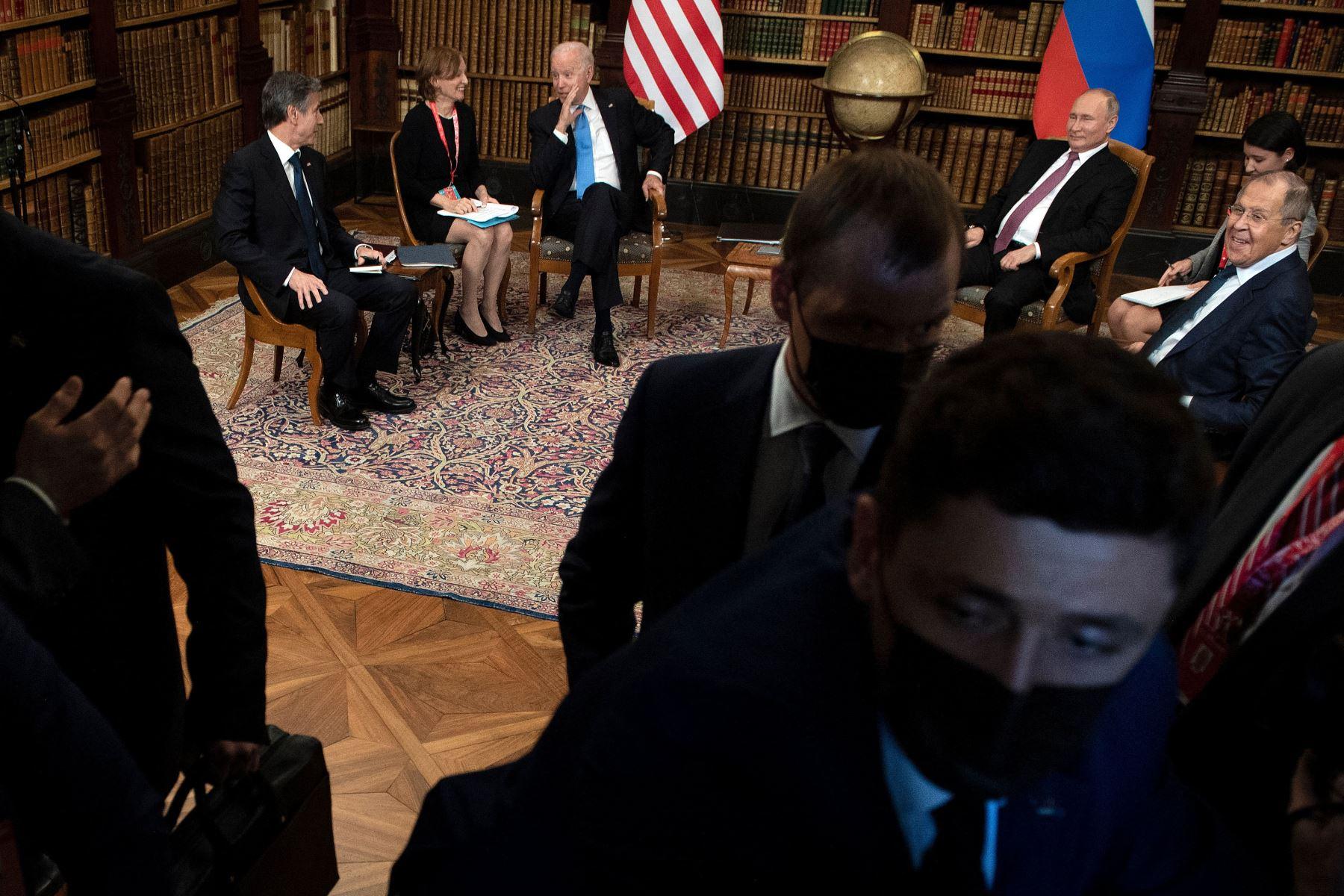 La primera ronda de conversaciones, en una de las bibliotecas, incluye a los ministros de Exteriores, el estadounidense Antony Blinken y el ruso Serguéi Lavrov. Foto: AFP