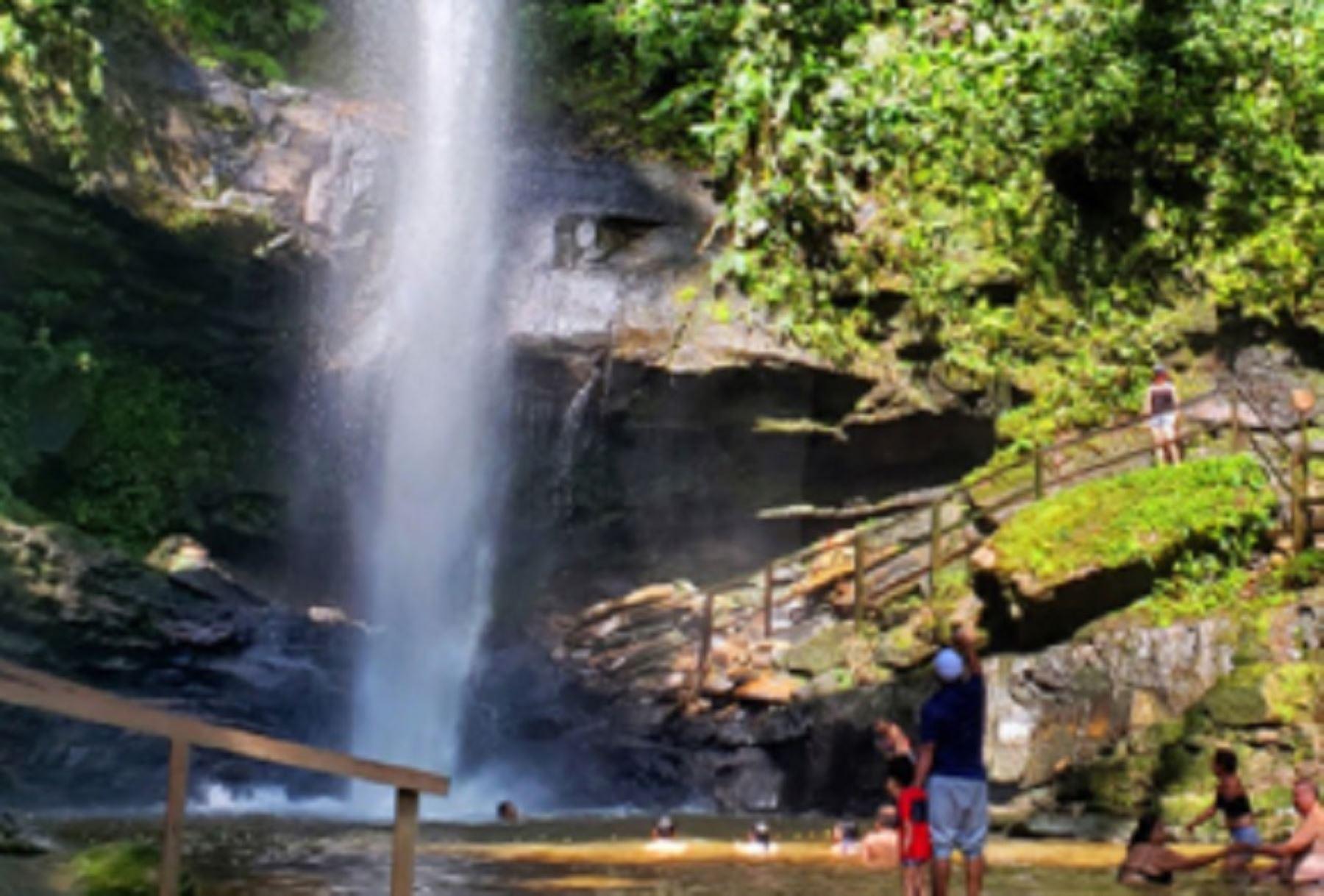 La catarata de Ahuashiyacu es uno de los destinos turísticos de la región San Martín llenos de encanto natural y que cuenta con el sello Safe Travels, que los certifica como bioseguro frente al covid-19 para garantizar una experiencia inolvidable. Foto: Promperú.