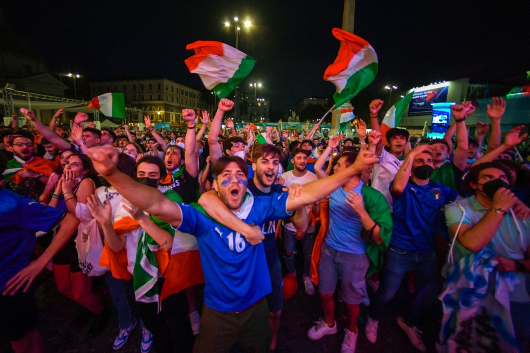 Los aficionados italianos reaccionan en la zona de aficionados de la Piazza del Popolo en Roma el 16 de junio de 2021 mientras ven en pantallas gigantes el partido de fútbol del Grupo A de la UEFA EURO 2020 entre Italia y Suiza, jugado en el cercano Estadio Olímpico. Foto: AFP