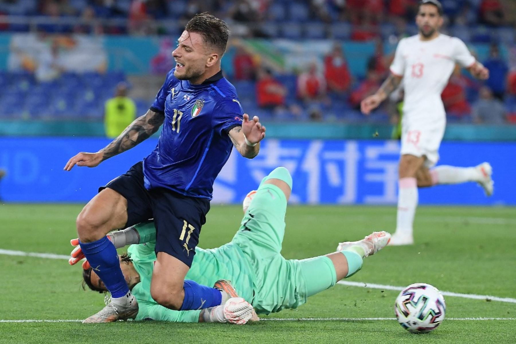 El delantero italiano Ciro Immobile (L) compite por el balón con el portero suizo Yann Sommer durante el partido de fútbol del Grupo A de la UEFA EURO 2020 entre Italia y Suiza en el Estadio Olímpico de Roma el 16 de junio de 2021. Foto: AFP