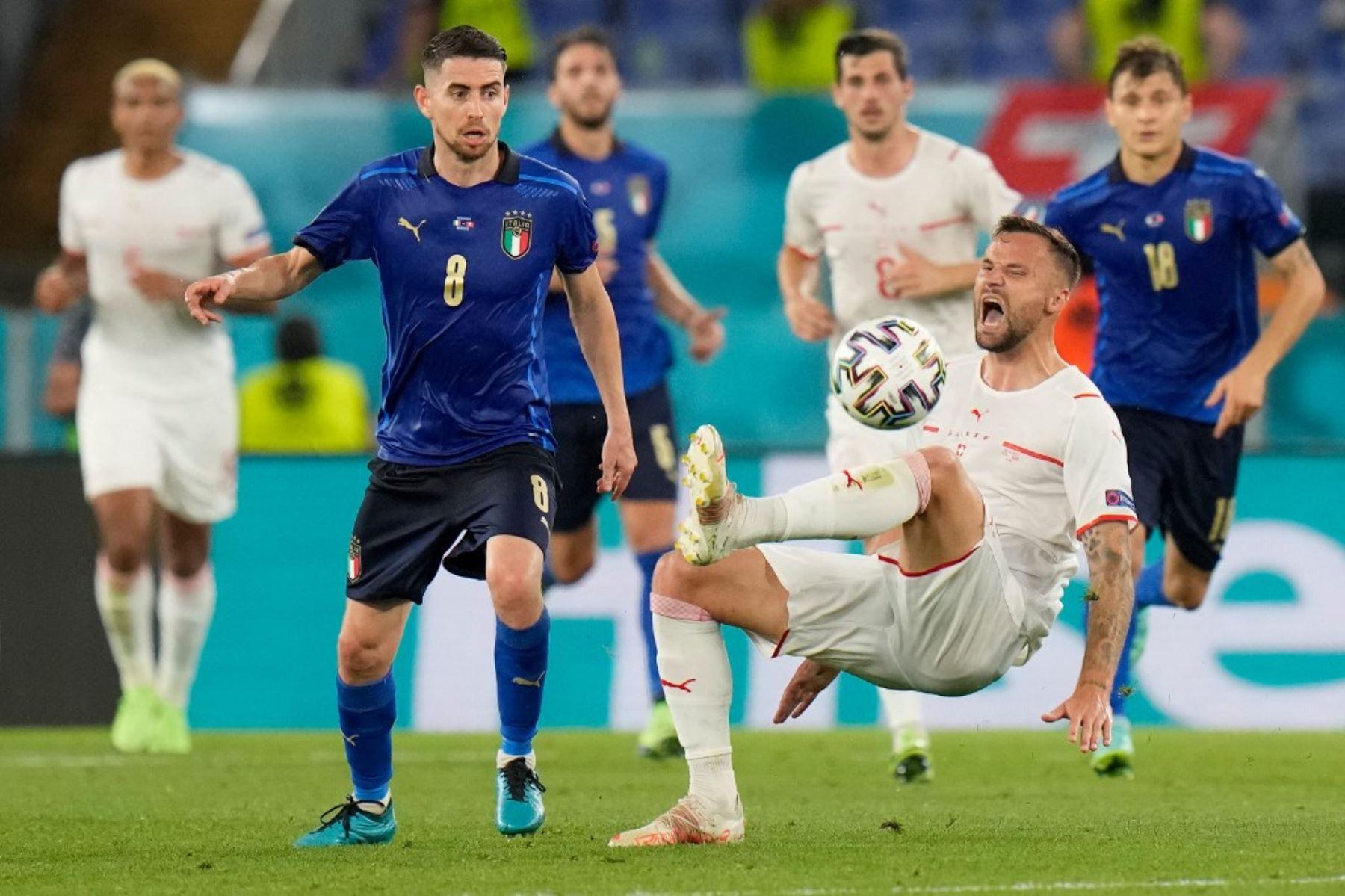 El mediocampista italiano Jorginho (izq.) Compite con el delantero suizo Haris Seferovic durante el partido de fútbol del Grupo A de la UEFA EURO 2020 entre Italia y Suiza en el Estadio Olímpico de Roma el 16 de junio de 2021. Foto: AFP