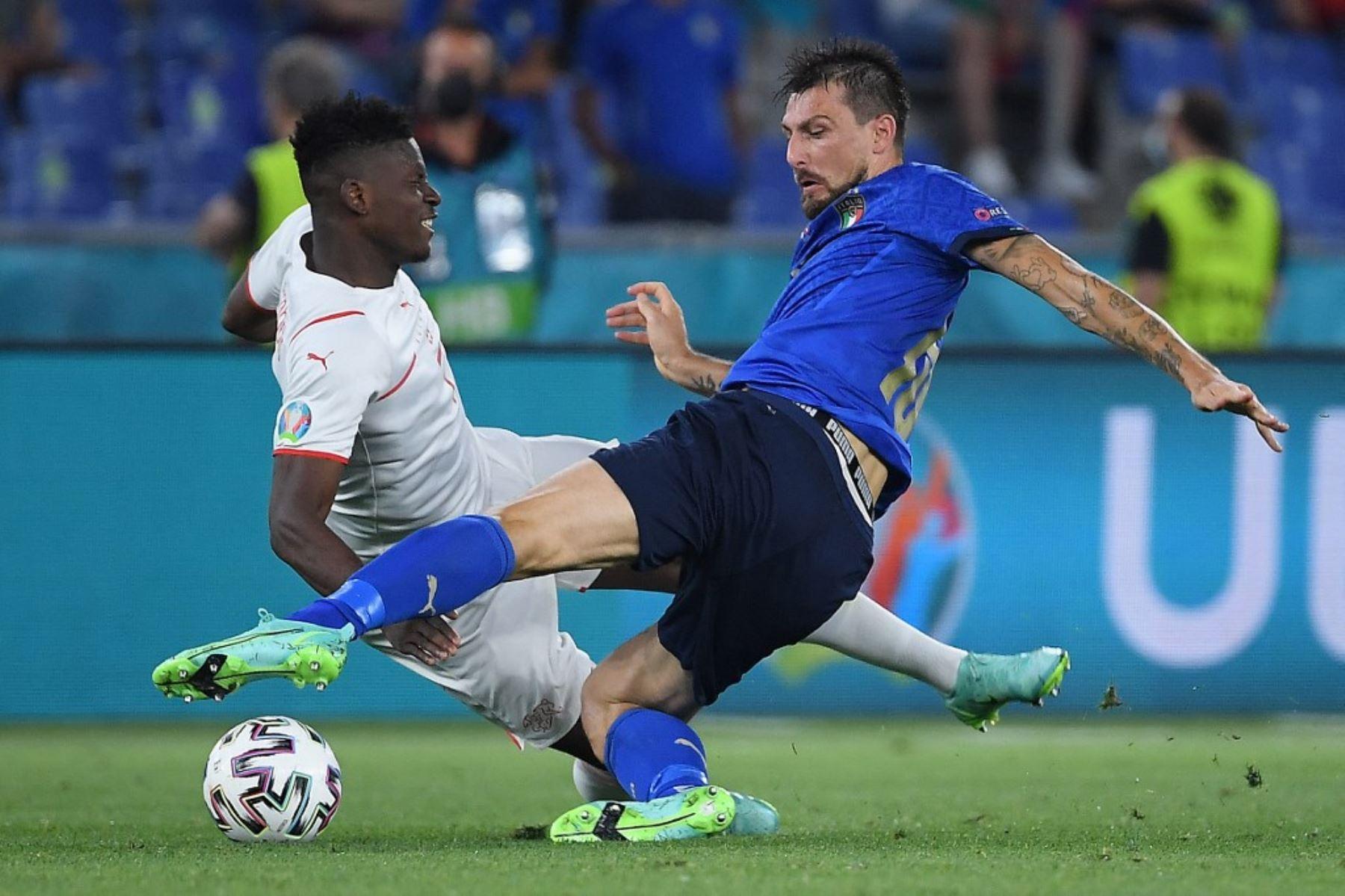 El delantero suizo Breel Embolo (L) compite por el balón con el defensor italiano Francesco Acerbi durante el partido de fútbol del Grupo A de la UEFA EURO 2020 entre Italia y Suiza en el Estadio Olímpico de Roma el 16 de junio de 2021. Foto: AFP