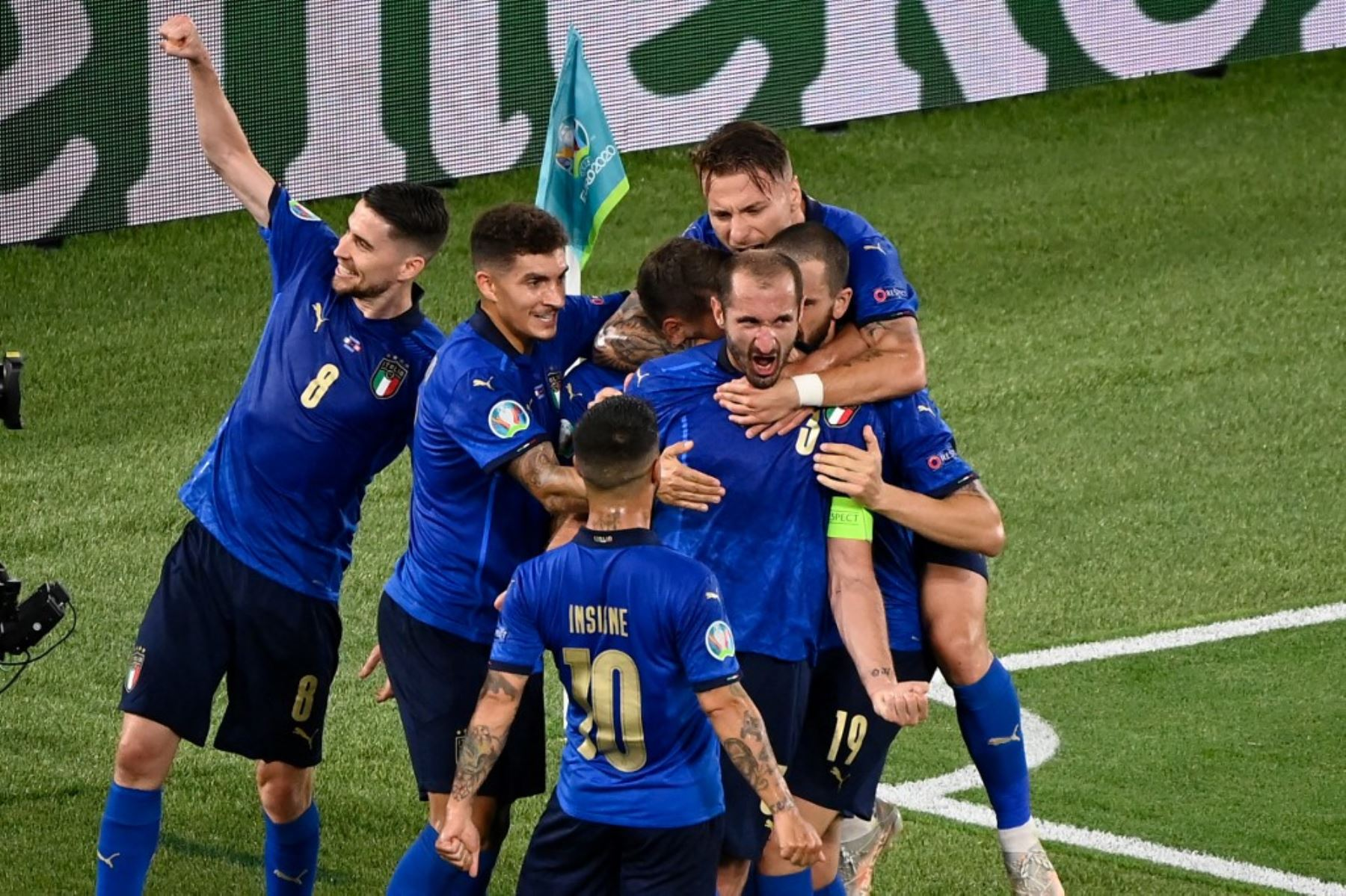 El defensa italiano Giorgio Chiellini (3) celebra con sus compañeros de equipo después de anotar, antes de que el gol fuera cancelado después de un control del VAR, durante el partido de fútbol del Grupo A de la UEFA EURO 2020 entre Italia y Suiza en el Estadio Olímpico de Roma el 16 de junio de 2021. Foto: AFP