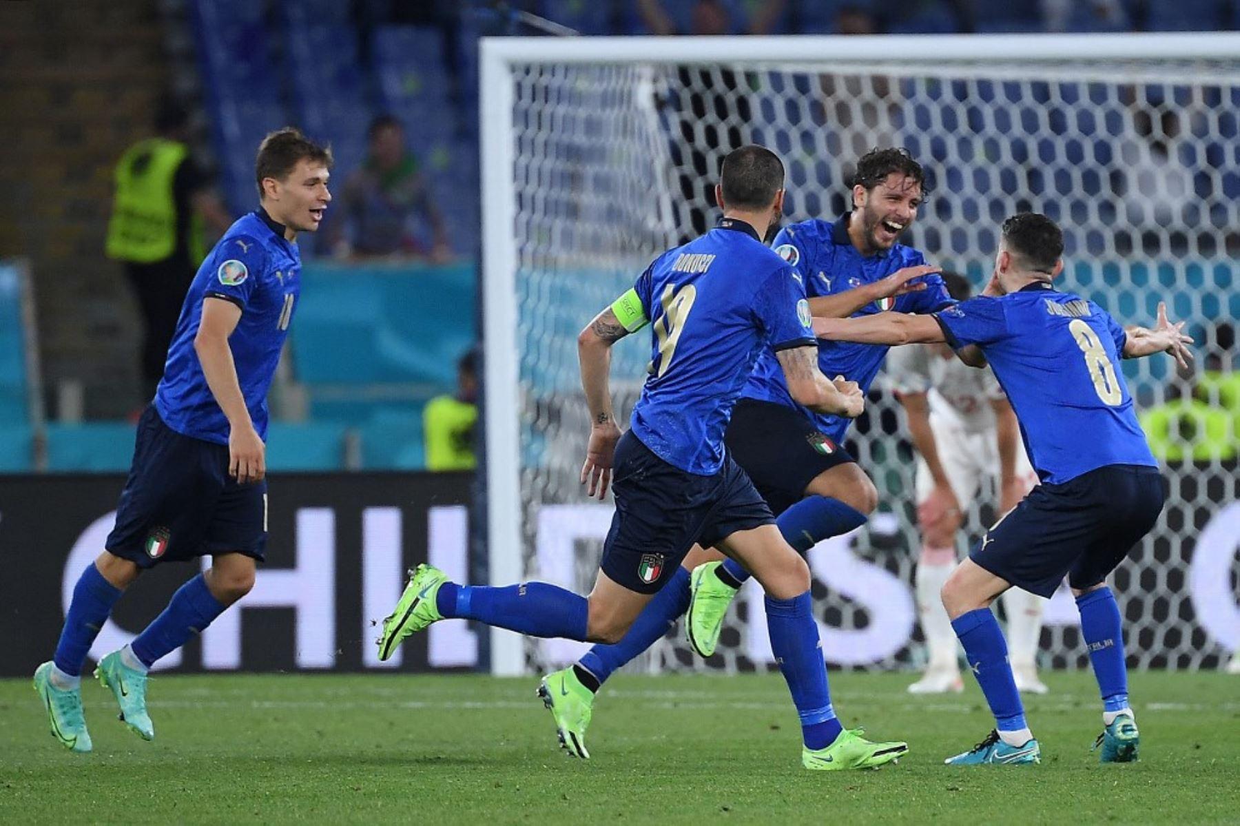 El centrocampista italiano, Manuel Locatelli, celebra con sus compañeros de equipo después de anotar el segundo gol durante el partido de fútbol del Grupo A de la UEFA EURO 2020 entre Italia y Suiza en el Estadio Olímpico de Roma el 16 de junio de 2021. Foto: AFP