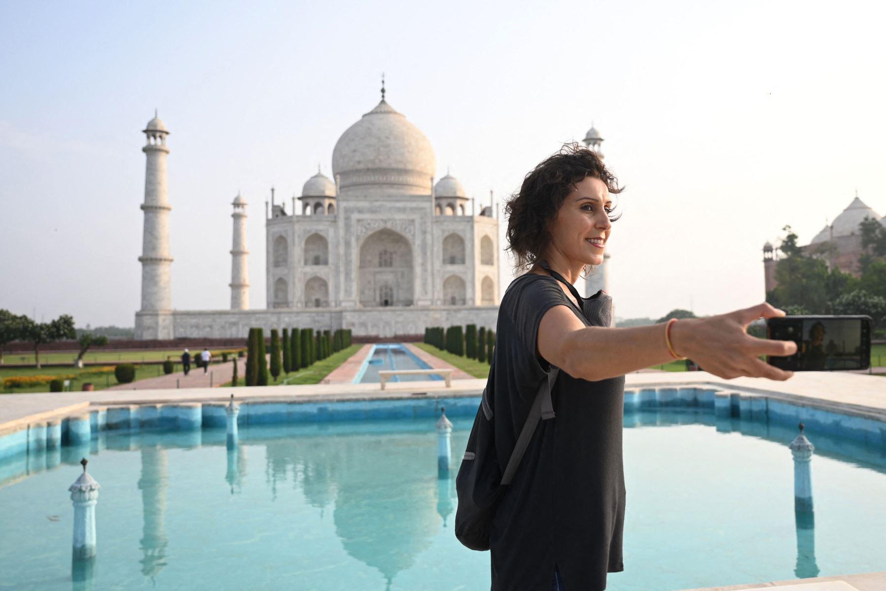 Melissa Dalla Rosa de Brasil toma fotos de recuerdo en el Taj Mahal después de que reabrió a los visitantes luego de que las autoridades flexibilizaran las restricciones del covid-19 en Agra. Foto: AFP