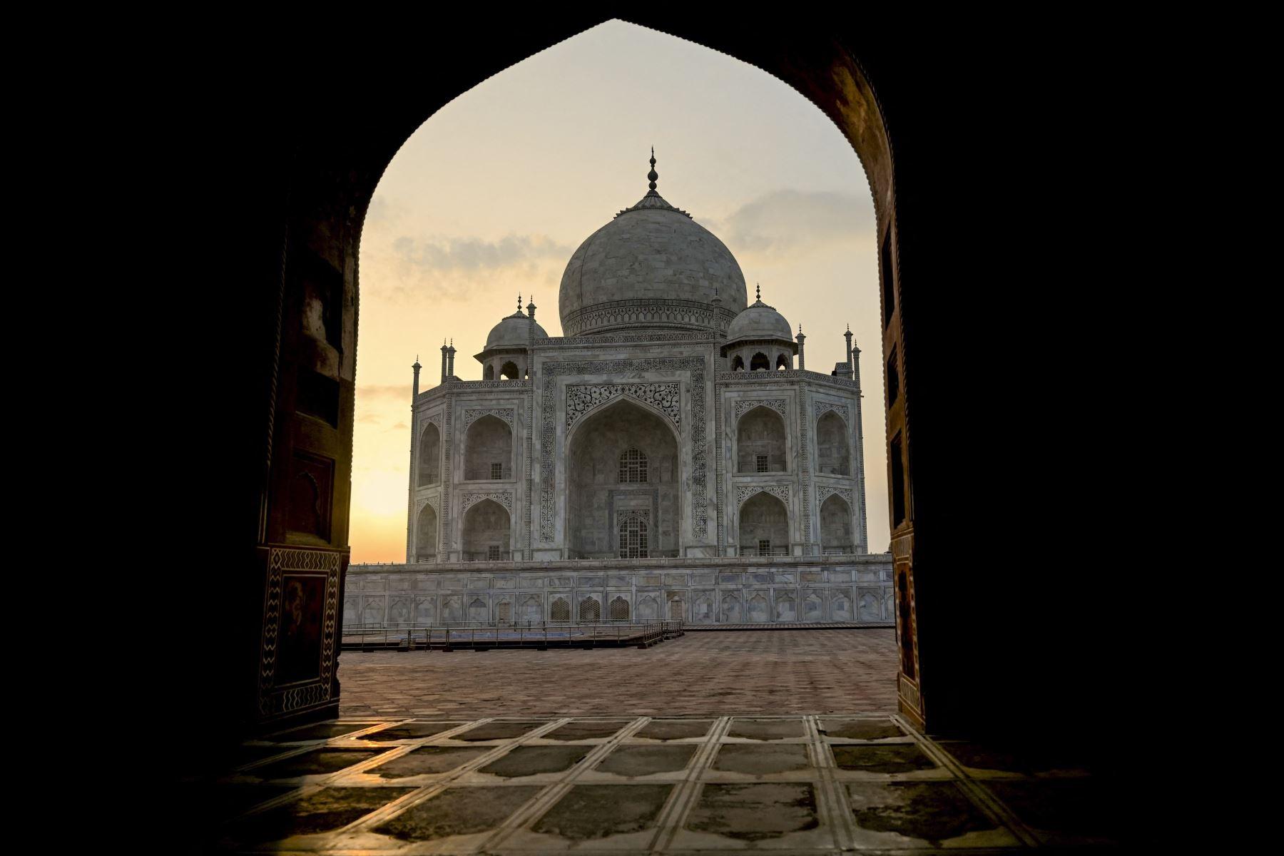 El sol sale detrás del Taj Mahal después de que se reabrió a los visitantes luego de que las autoridades flexibilizaran las restricciones del coronavirus en Agra. Foto: AFP