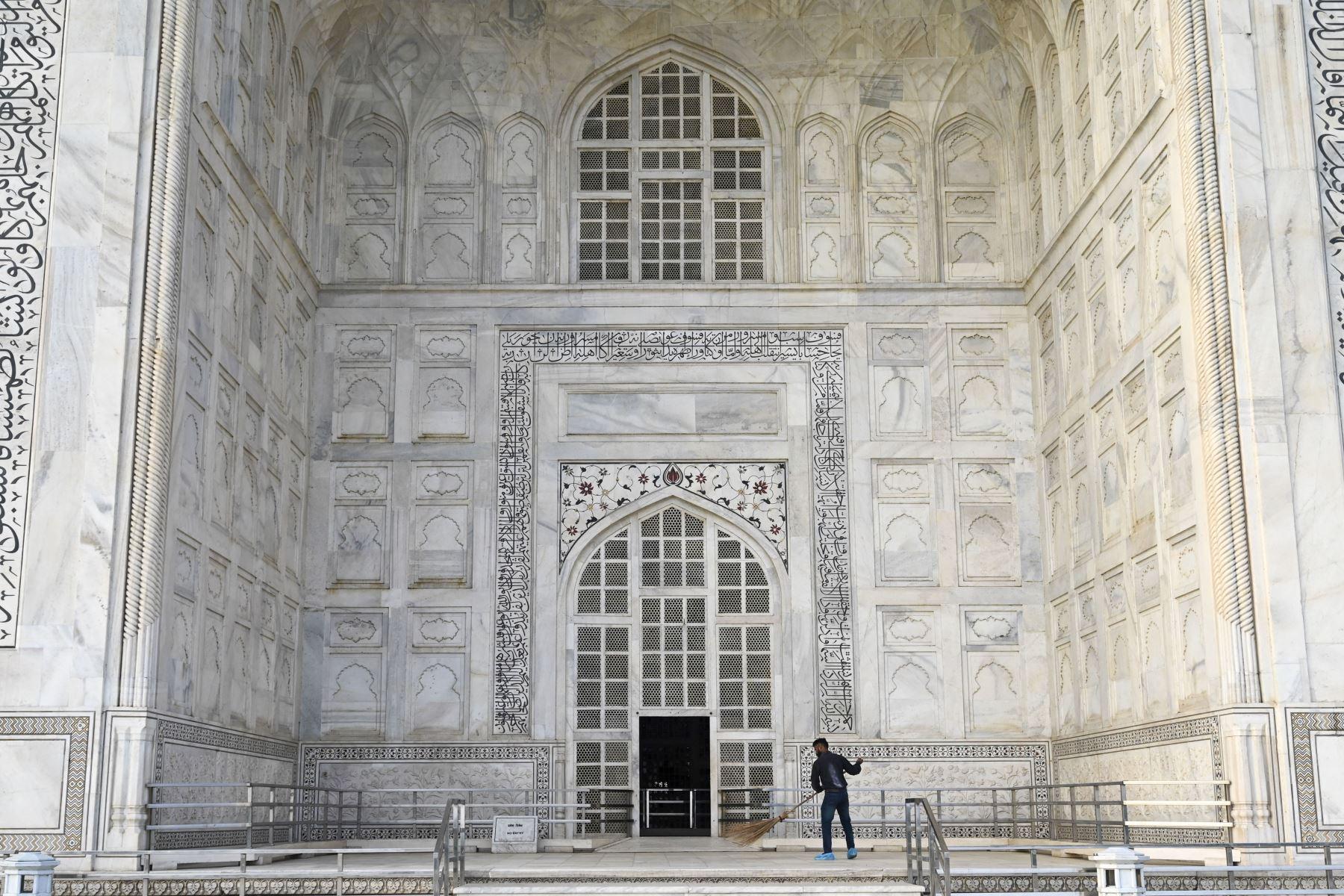 Un trabajador barre frente a una entrada del Taj Mahal después de que reabriera a los visitantes luego de que las autoridades flexibilizaran las restricciones del coronavirus  en Agra. Foto: AFP