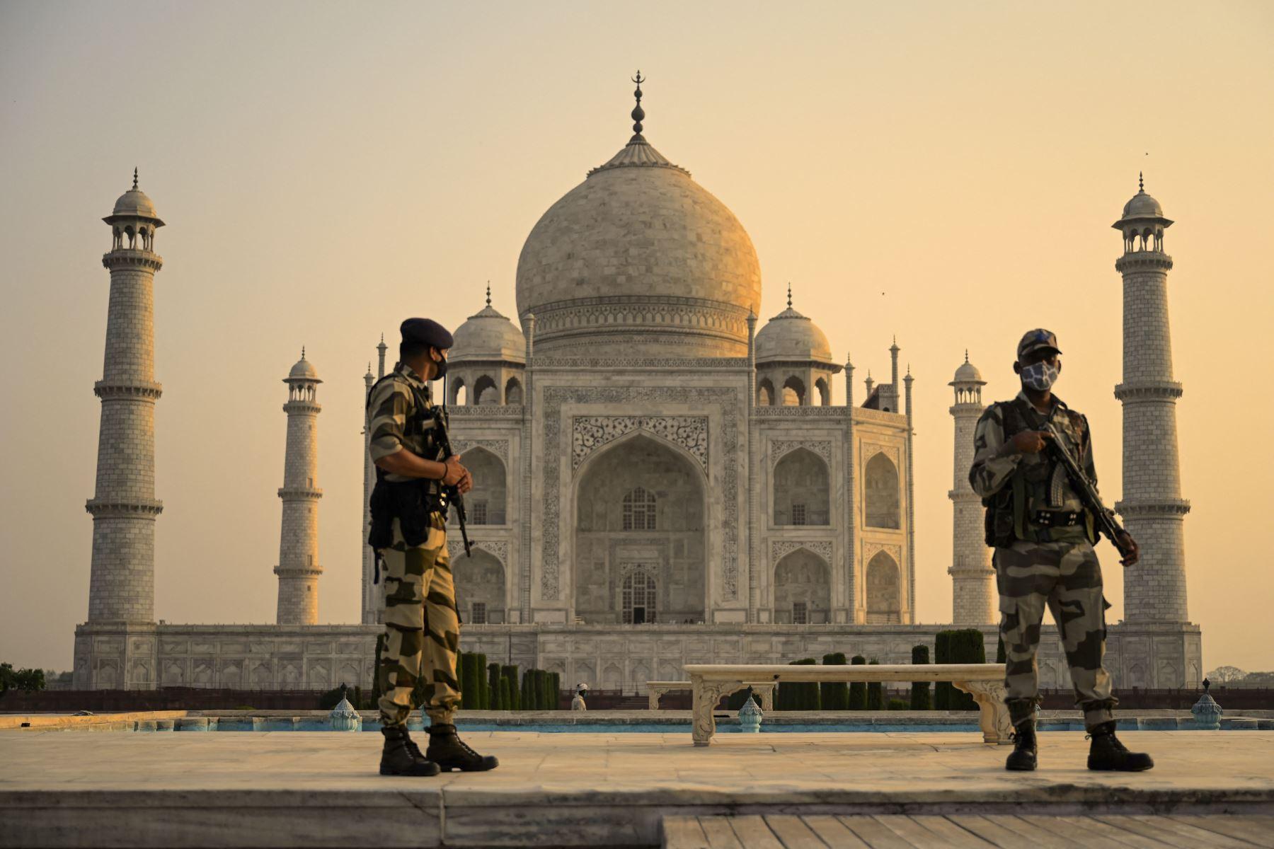 Soldado patrulla el terreno en el Taj Mahal después de que se reabrió a los visitantes luego de que las autoridades flexibilizaran las restricciones del covid-19 en Agra. Foto : AFP