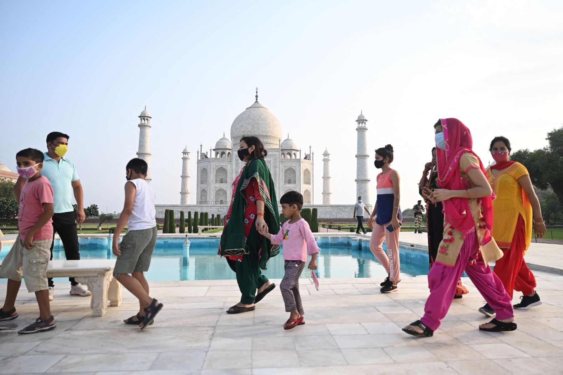 Los turistas visitan el Taj Mahal después de que se reabrió a los visitantes luego de que las autoridades suavizaran las restricciones del coronavirus  en Agra. Foto: AFP