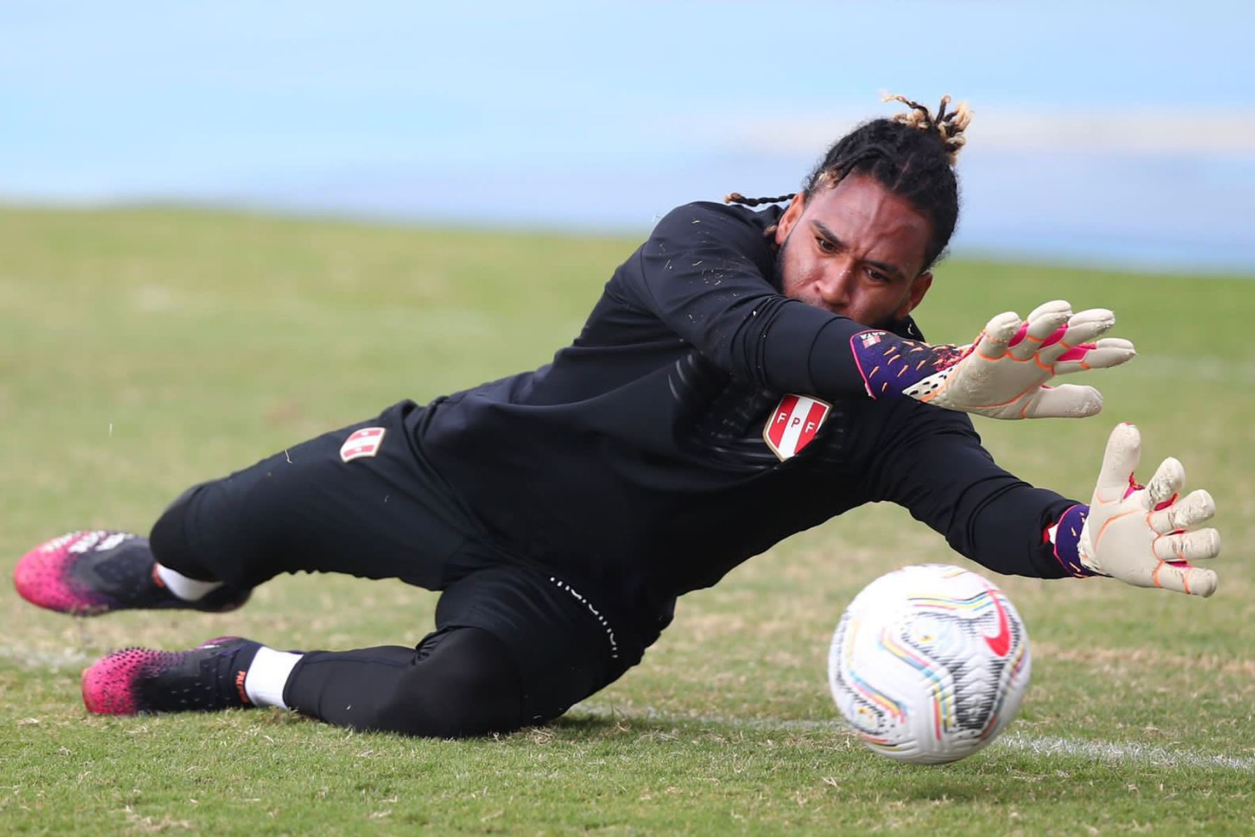 La selección peruana  cumplió su segundo día de entrenamiento, en la cancha auxiliar del estadio Nilton Santos de Río de Janeiro, para enfrentar mañana, a las 19:00 horas a Brasil por la fecha 2 del Grupo B de  la Copa América 2021. En la foto el arquero Pedro Gallese. Foto: @Selección Peruana