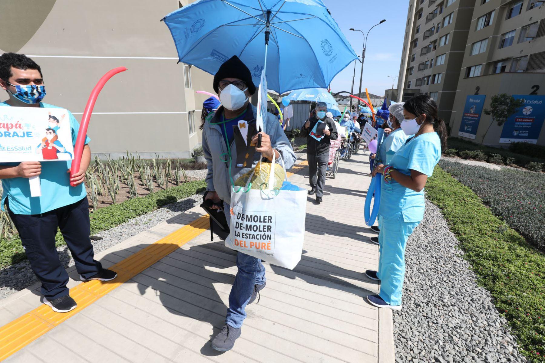Los pacientes de covid -19 intervenidos en EsSalud, salen de alta en la Villa Panamericana previo al día del padre . Foto: EsSalud