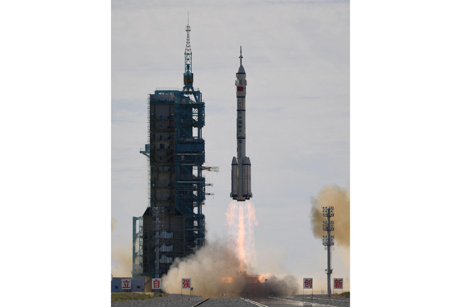 Un cohete portador Long March-2F, que transporta la nave espacial Shenzhou-12 y una tripulación de tres astronautas, despega del Centro de Lanzamiento de Satélites Jiuquan en el desierto de Gobi en el noroeste de China. Foto: AFP