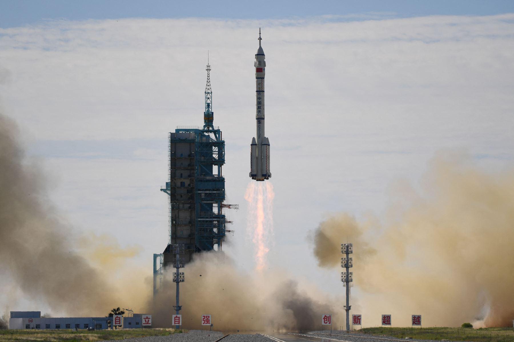 La nave Shenzhou-12 (Vasija Divina) ha despegado a las 9.22 de Pekín de la base de lanzamientos de satélites en Jiuquan, en la provincia de Gansu (noroeste de China). Foto: AFP