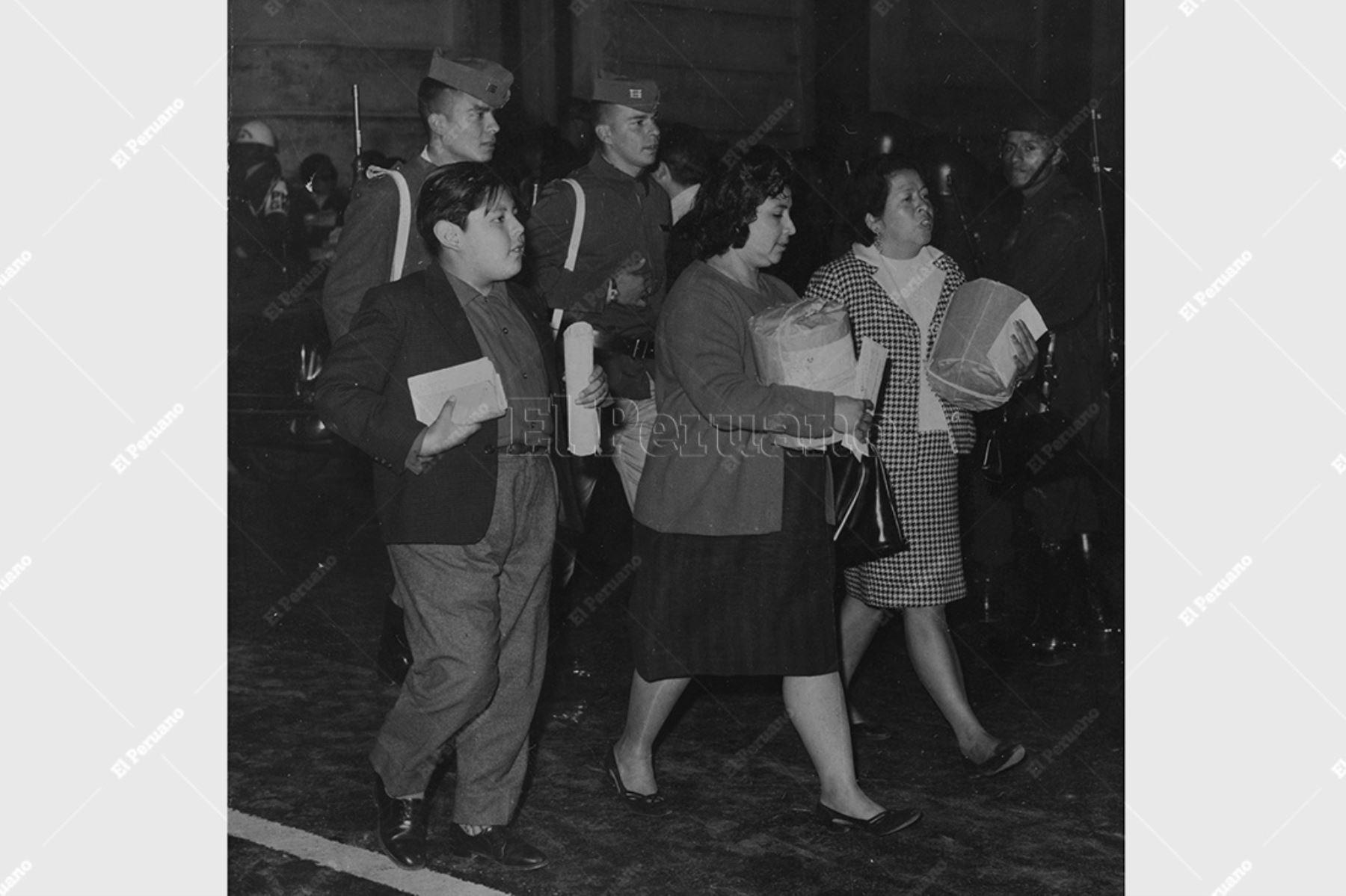 Lima - 12 noviembre 1967 / Dos mujeres escotadas por militares se aprestan entregar las ánforas de sus mesas de sufragio al Jurado Departamental de Elecciones al concluir las elecciones por una diputación en Lima. Foto: Archivo Histórico de El Peruano