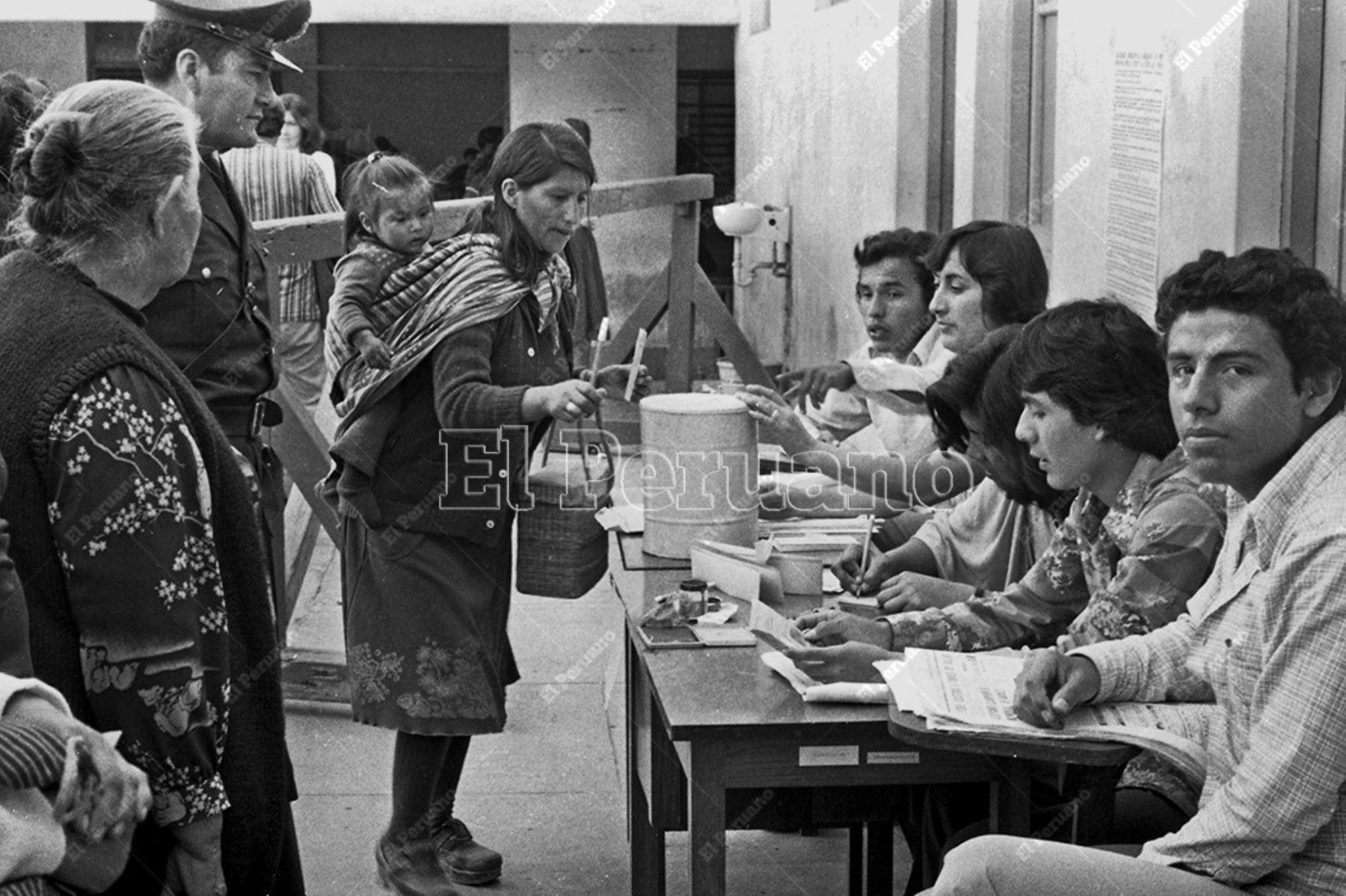 Lima - 23 noviembre 1980 / Una mujer emite su voto. Mas de 1 millón 662 mil limeños participaron en las elecciones municipales para elegir al nuevo alcalde lima tras doce años de gobierno militar. Foto: Archivo Histórico de El Peruano / Rómulo Luján