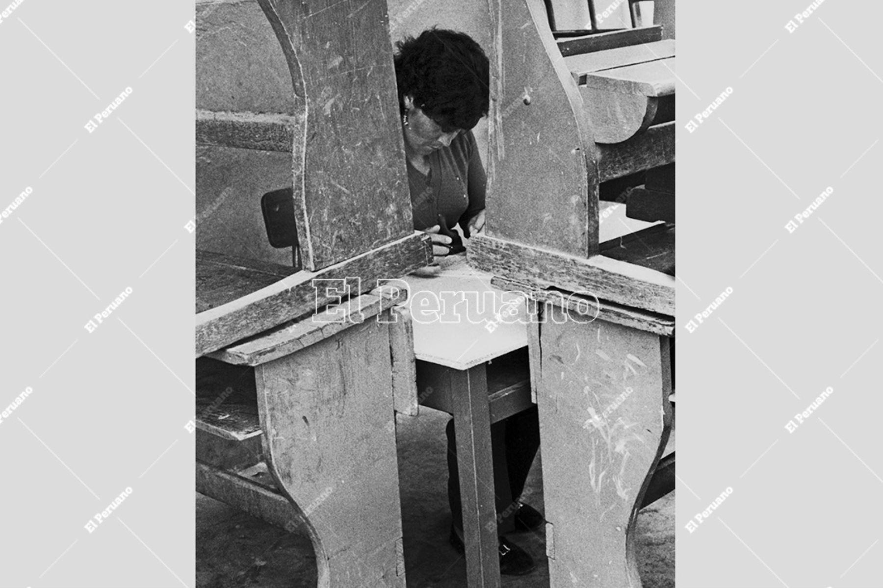 Lima - 13 noviembre 1983 / Una mujer en la cámara secreta de un centro de votación en las elecciones municipales de 1983. Foto: Archivo Histórico de El Peruano / Pavel Marrul