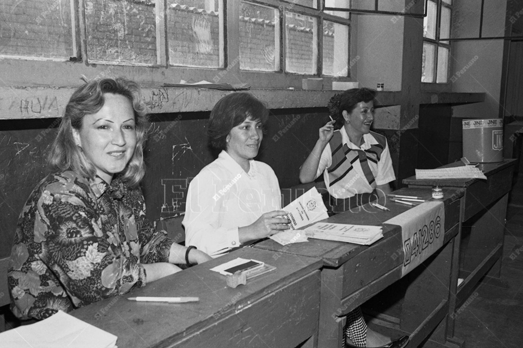 Lima - 22 noviembre 1992 / Una mesa de sufragio integrada por mujeres en elecciones para el Congreso Constituyente Democrático (CCD). Foto: Archivo Histórico de El Peruano