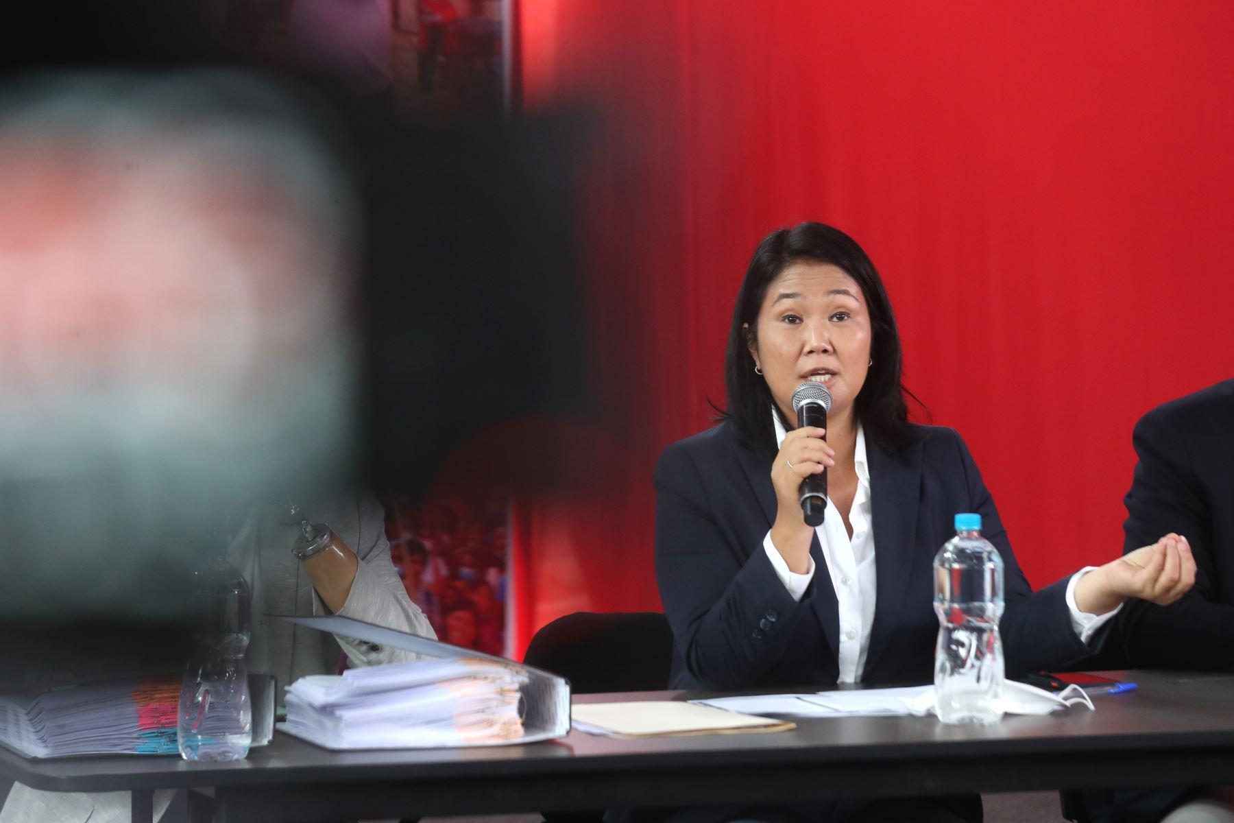 Conferencia de prensa de la candidata a la presidencia, Keiko Fujimori, junto con sus abogados, Lourdes Flores Nano y Virgilio Hurtado. Foto: ANDINA/ Carla Patiño