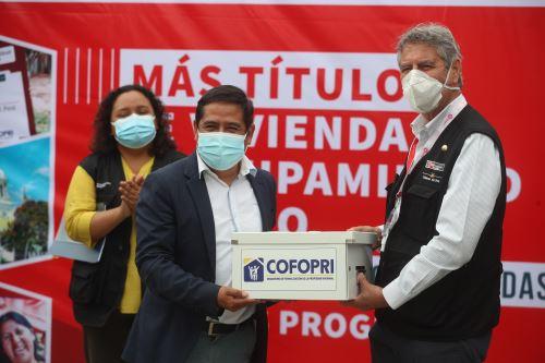 El presidente Francisco Sagasti, entrega títulos de Cofopri en Chiclayo