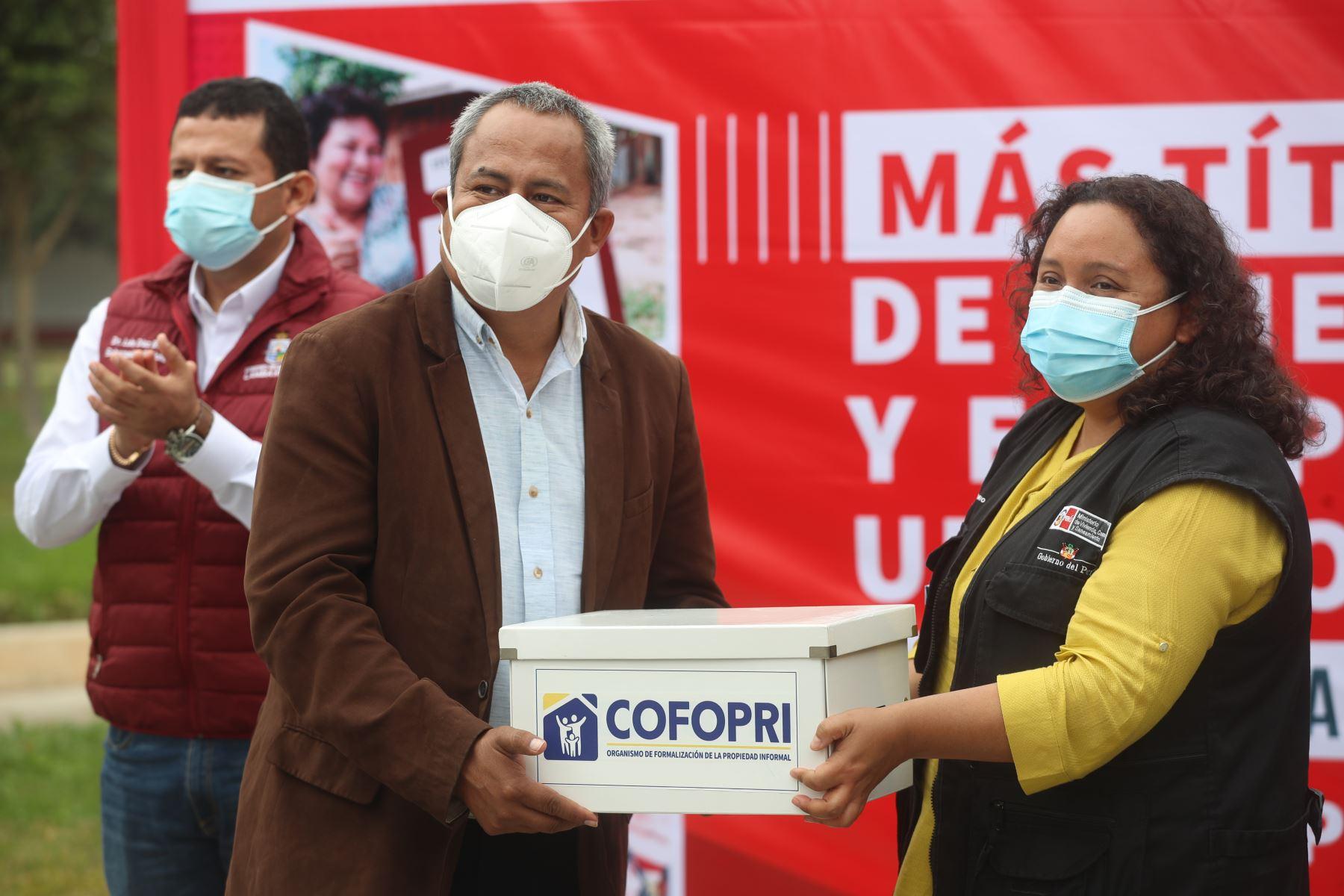 El presidente Francisco Sagasti y la ministra de vivienda, Solangel Fernández, entregan títulos de Cofopri en Chiclayo. Foto: ANDINA/ Presidencia