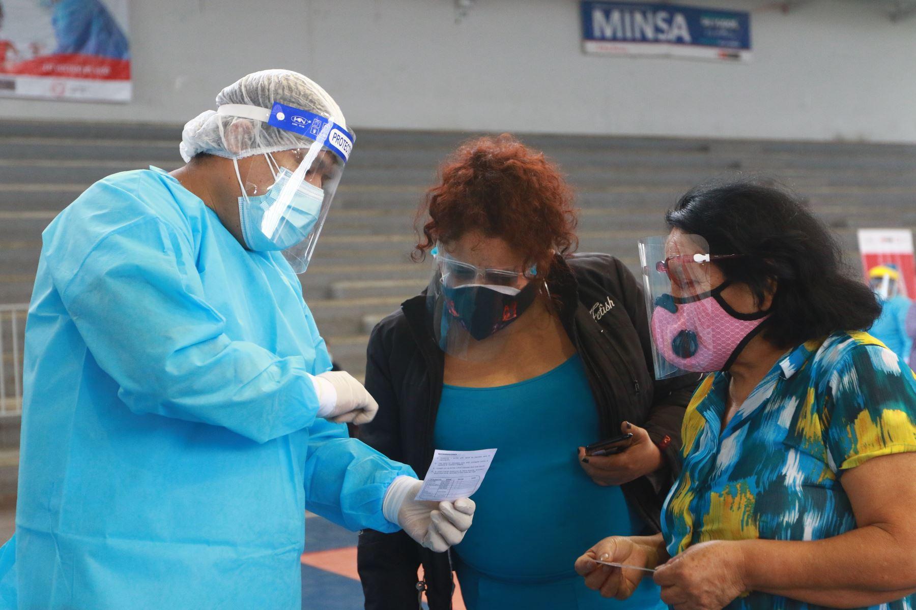David Sánchez es enfermero vacunador de la Dirección de Redes Integradas de Salud (Diris) Lima Norte. El año pasado fue parte del comando covid-19 y, desde enero, es el coordinador del equipo de inmunizaciones. A las cinco de la mañana ya está en las instalaciones del colegio José Granda, de San Martín de Porres, desde donde se envían las brigadas de vacunación anticovid-19 hacia los puntos de vacunación de 9 distritos de Lima. Foto: ANDINA/Jhonel Rodríguez Robles