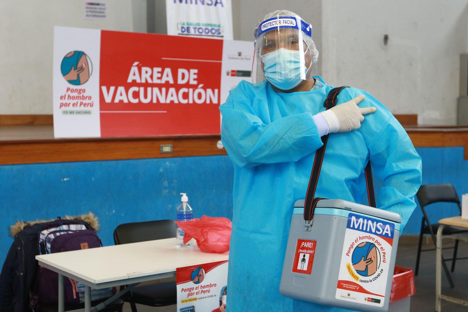 """""""Hay días que manejamos 80 brigadas por jornada. Otros días podemos llegar hasta 127 brigadas en una sola jornada de vacunación"""", cuenta el enfermero de 34 años de edad. Cada brigada está integrada por un médico, un enfermero y un técnico en enfermería. Foto: ANDINA/Jhonel Rodríguez Robles"""