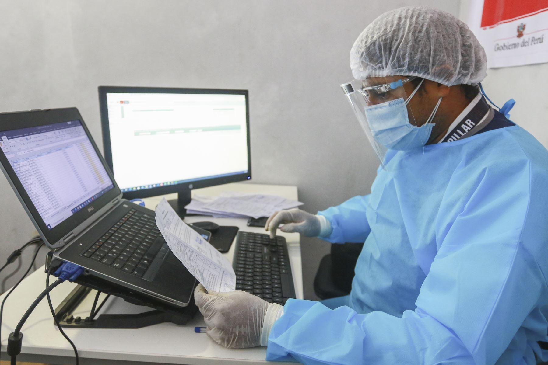 """Ahora, con la pandemia, tiene la importante función de obtener los reportes de los inmunizados por fecha y punto de vacunación; verificar el control de ingreso a los centros de vacunación por edades, por diagnósticos (enfermedades raras, primera o segunda dosis, etcétera), si la persona figura en el portal Pongo El Hombro y el portal del Minsa. Verificar el número de vacunas. Sacar una proyección de cómo programar por fechas o grupos etarios, que servirán a las brigadas. """"Los informáticos somos los primeros en llegar a los puntos de vacunación y los últimos en retirarnos"""". Foto: ANDINA/Jhonel Rodríguez Robles"""