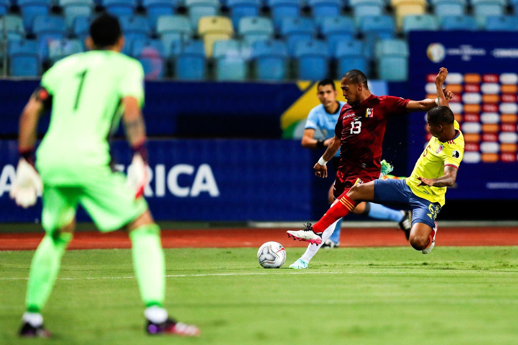 Wilmar Barrios de Colombia disputa el balón con José Martínez de Venezuela durante partido por el grupo B de la Copa América en el Estadio Olímpico Pedro Ludovico Teixeira, en Goiania, Brasil. Foto: EFE