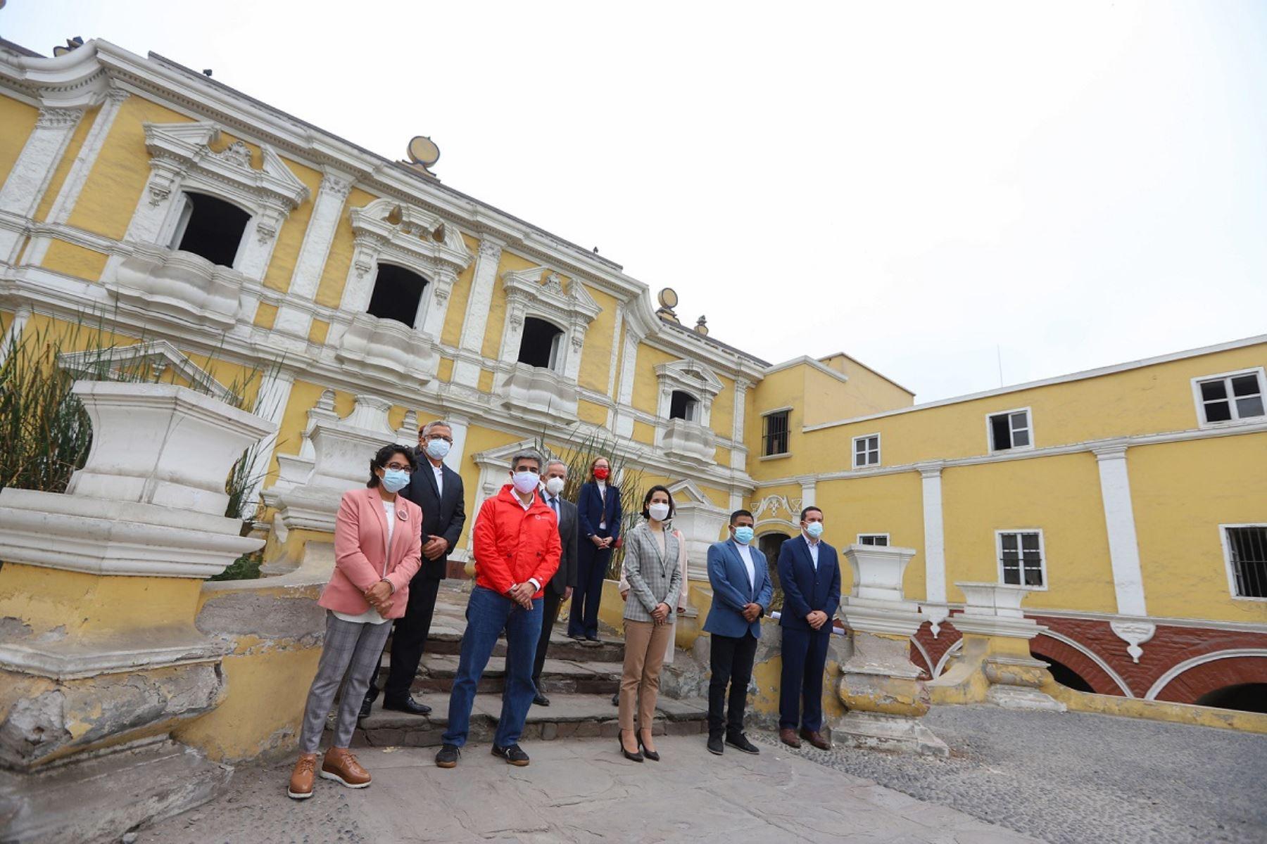 Ministra de Comercio Exterior y Turismo, Claudia Cornejo y funcionarios en la Quinta de Presa en el Centro Histórico de Lima. Foto: Cortesía.