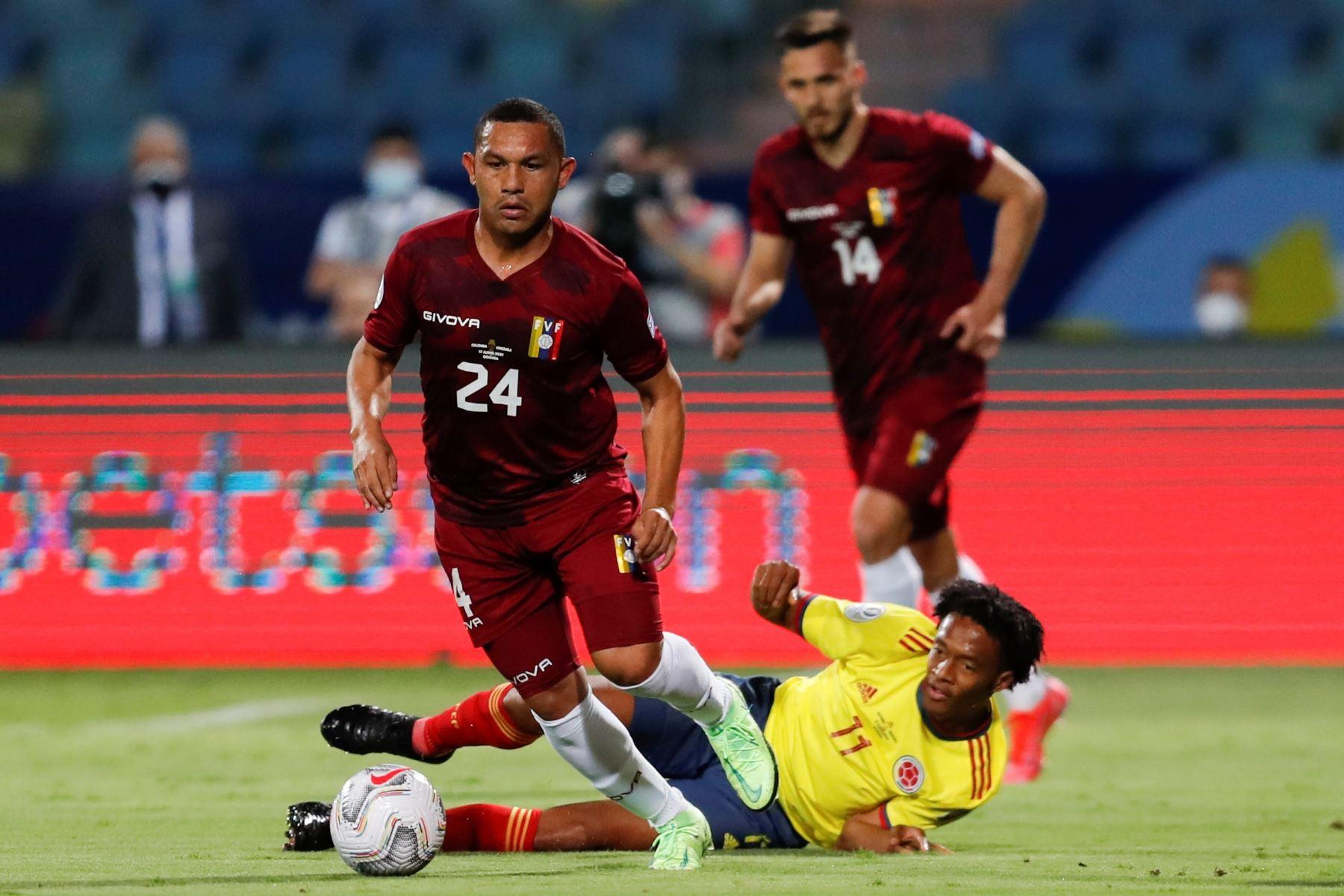 Juan Cuadrado de Colombia disputa el balón con Bernaldo Manzano de Venezuela durante partido por el grupo B de la Copa América en el Estadio Olímpico Pedro Ludovico Teixeira, en Goiania, Brasil. Foto: EFE