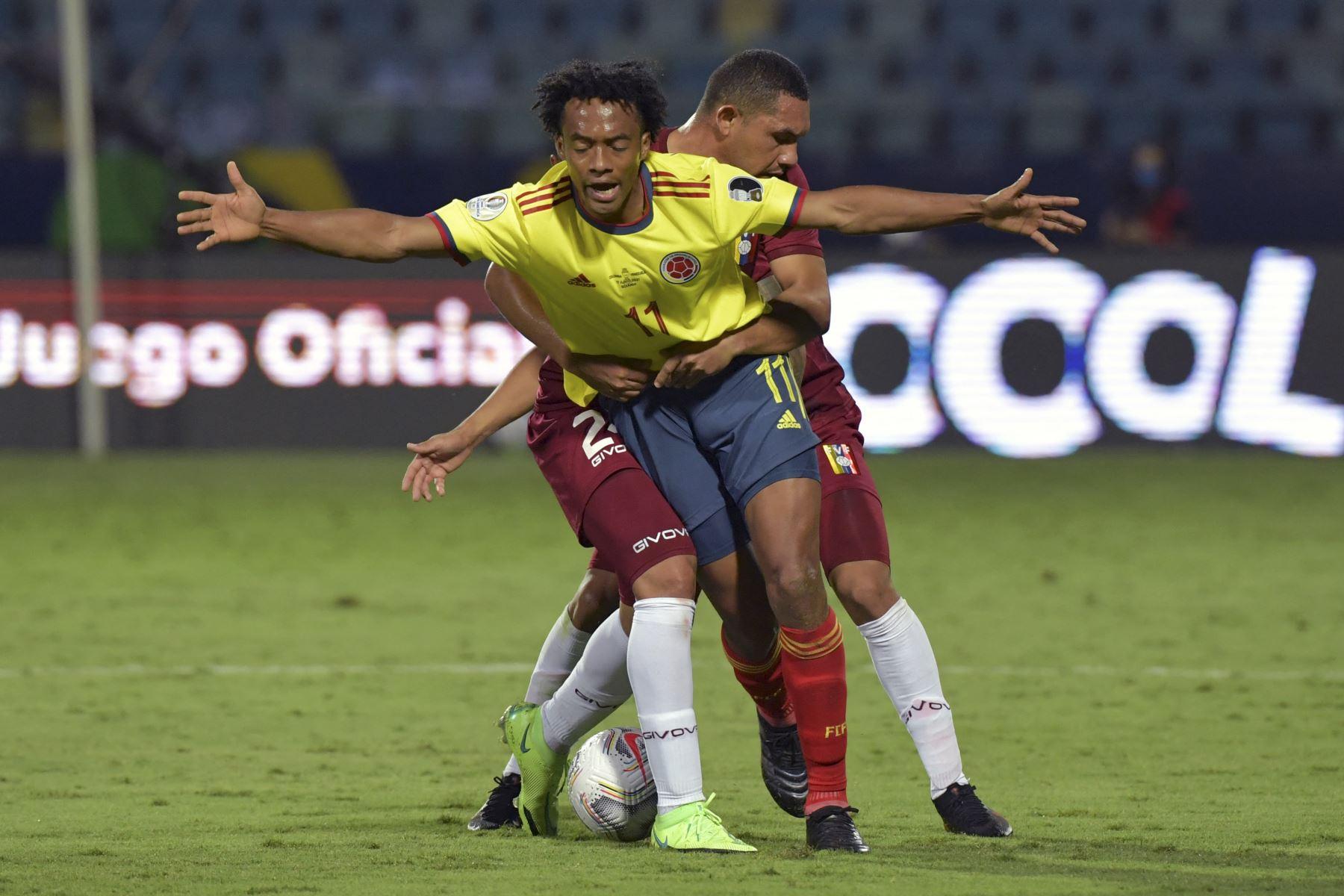 Juan Cuadrado recibe una falta del venezolano Bernaldo Manzano durante el partido de la fase de grupos de la Copa América, en el Estadio Olímpico de Goiania, Brasil. Foto: AFP