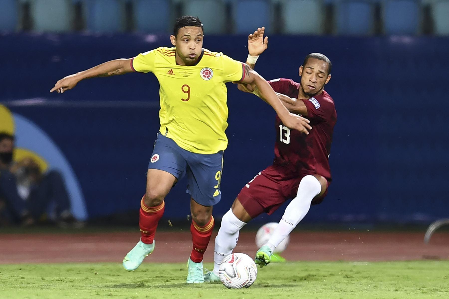 El colombiano Luis Muriel y el venezolano José Martínez compiten por el balón durante el partido de la fase de grupos de la Copa América 2021, en el Estadio Olímpico de Goiania, Brasil. Foto: AFP