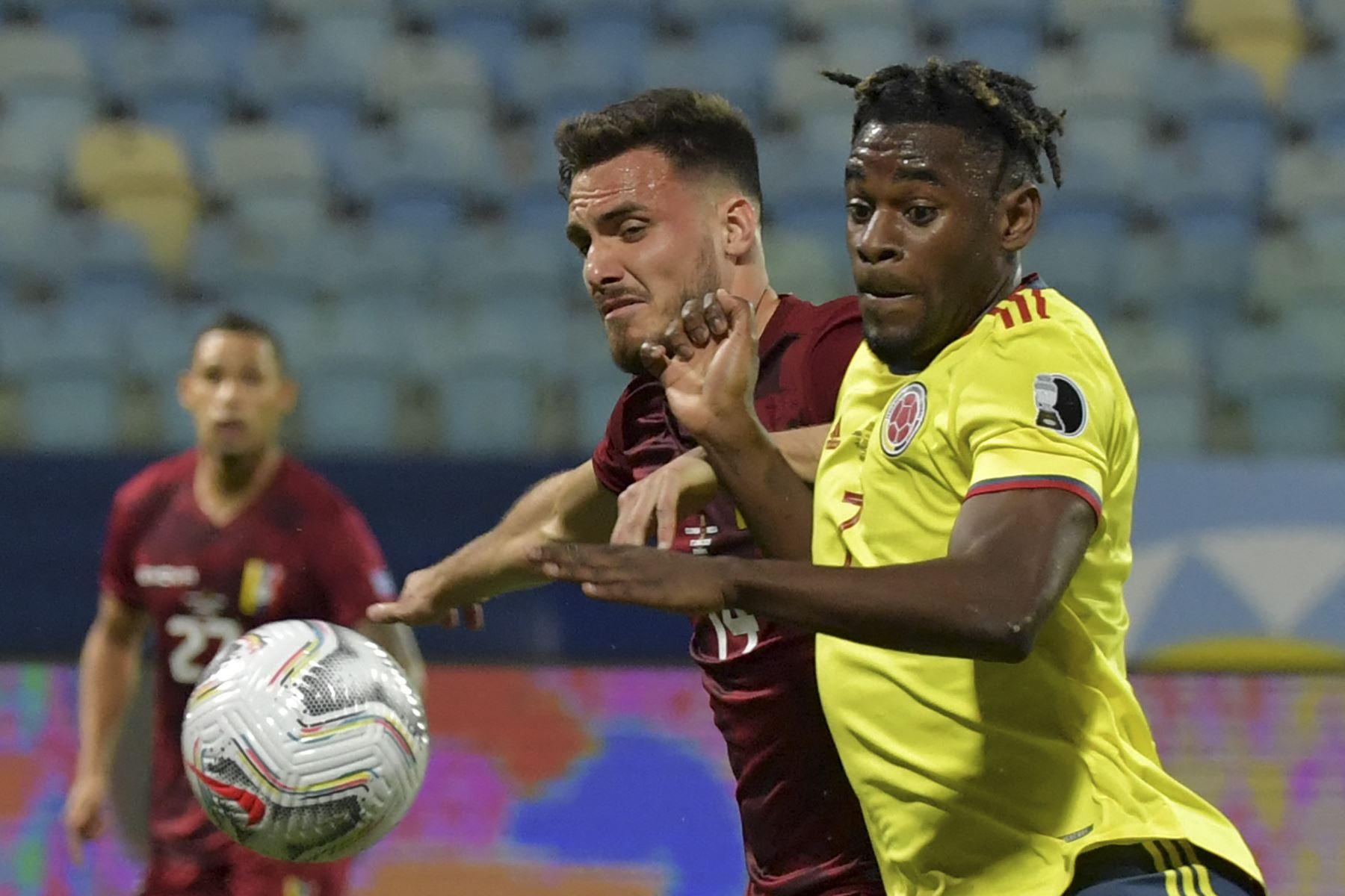 El venezolano Luis Del Pino Mago y el colombiano Duvan Zapata compiten por el balón durante el partido de la fase de grupos de la Copa América 2021 en el Estadio Olímpico de Goiania, Brasil. Foto: AFP