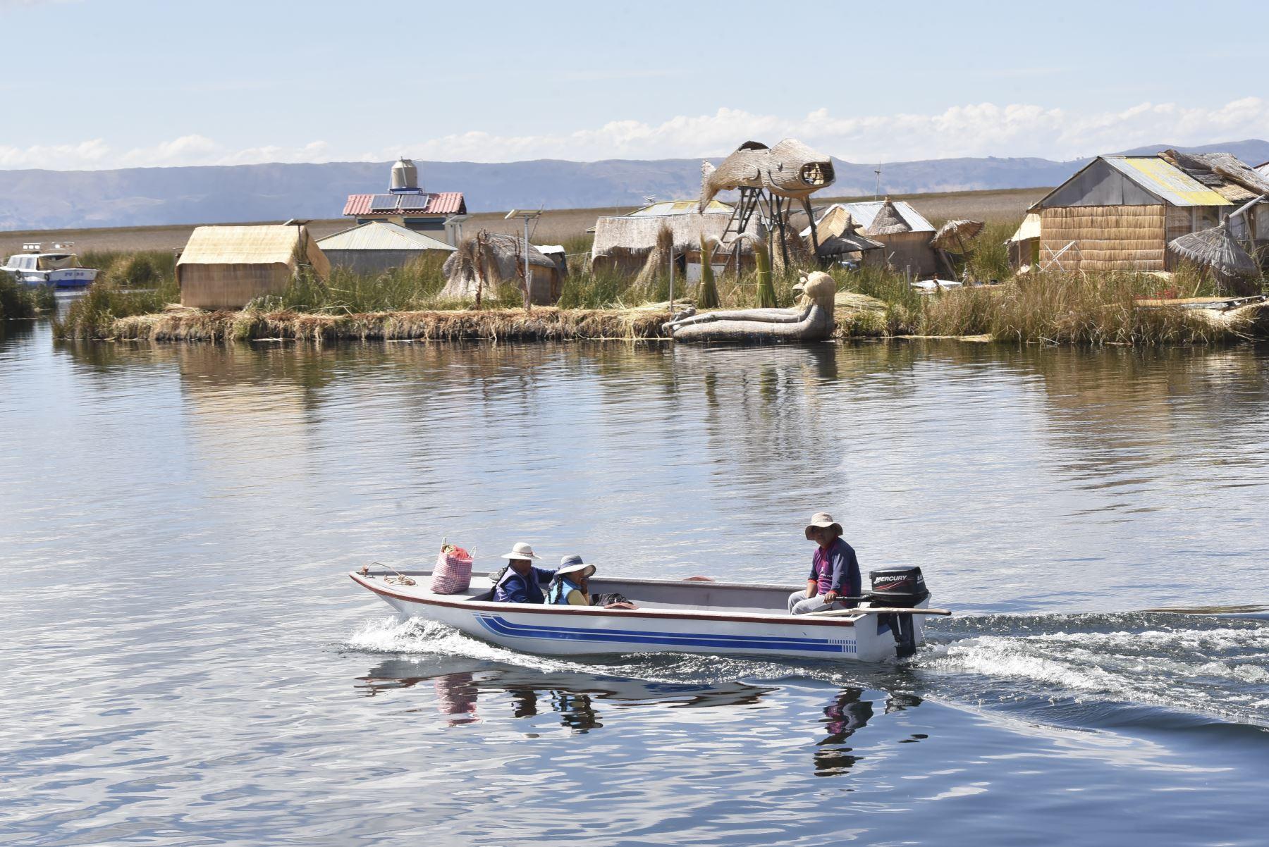 La PIAS Lago Titicaca I, gestionada por el MIDIS, a través del Programa Nacional PAIS, zarpó de Puno con un primer lote de medio millar de vacunas contra el COVID – 19 del laboratorio AstraZeneca, las cuales serán entregadas en los establecimientos de salud de Taquile y Amantaní y posteriormente aplicadas a adultos mayores y personas de riesgo de las islas. Foto: ANDINA/MIDIS