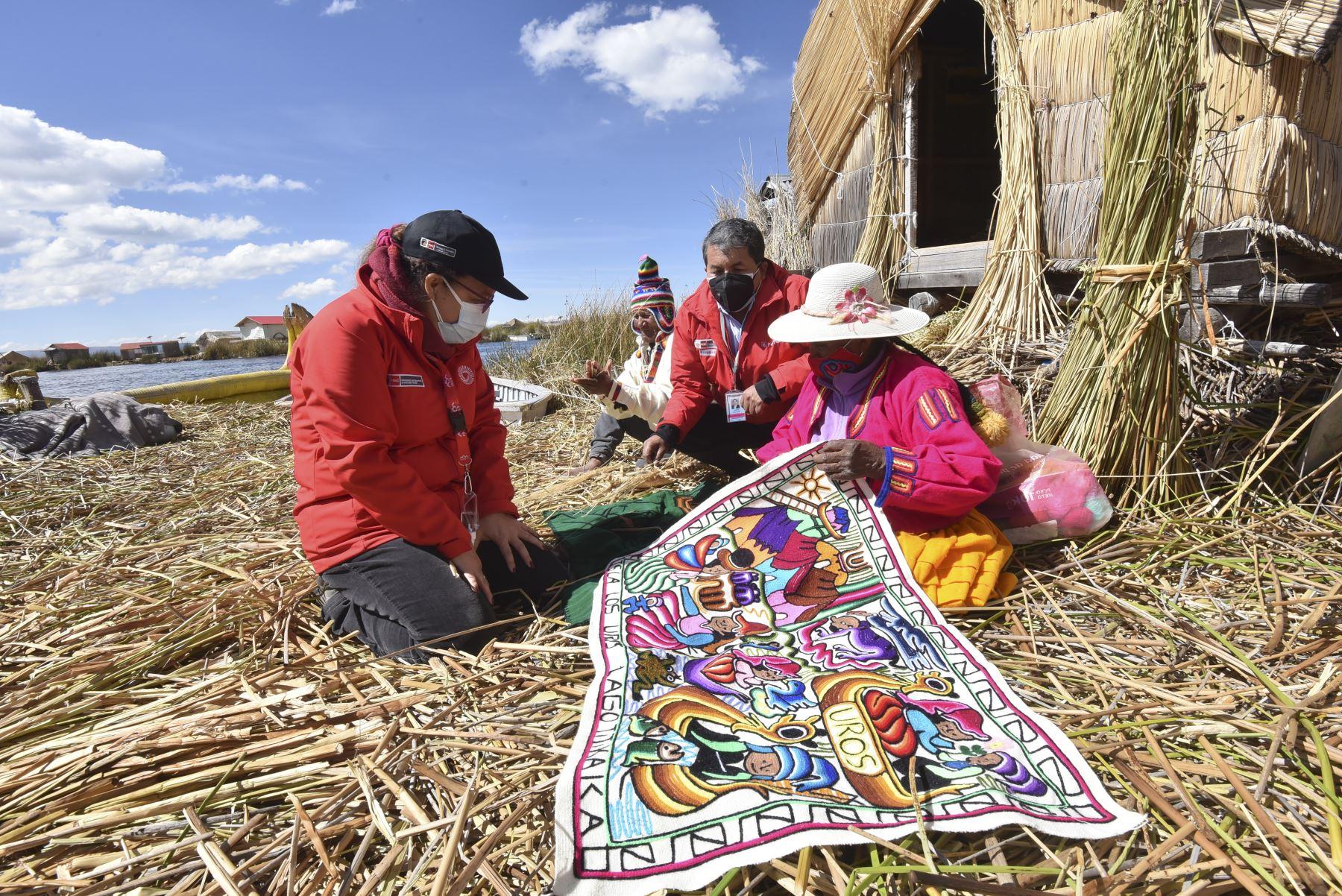 La PIAS Lago Titicaca I, gestionada por el MIDIS, a través del Programa Nacional PAIS, zarpó de Puno con un primer lote de medio millar de vacunas contra el COVID – 19 del laboratorio AstraZeneca, las cuales serán entregadas en los establecimientos de salud de Taquile y Amantaní y posteriormente aplicadas a adultos mayores y personas de riesgo de las islas. La ministra Silvana Vargas participó en la actividad. Foto: ANDINA/MIDIS